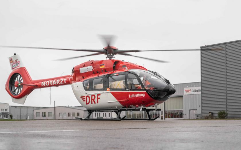 H145 mit Fünfblattrotor landet vor dem Operation Center