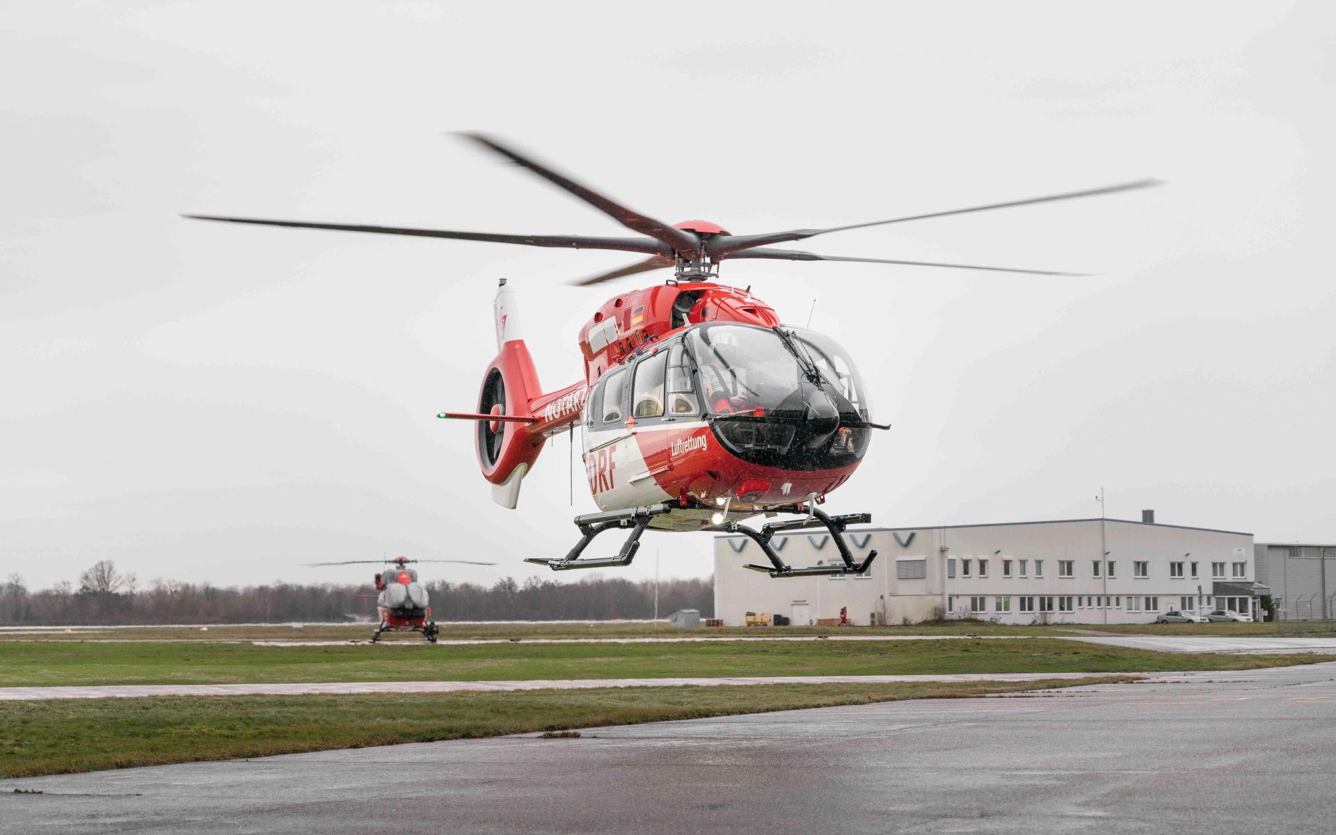 Die H145 mit Fünfblattrotor bei ihrer Ankunft am Operation Center der DRF Luftrettung. (Quelle: DRF Luftrettung)