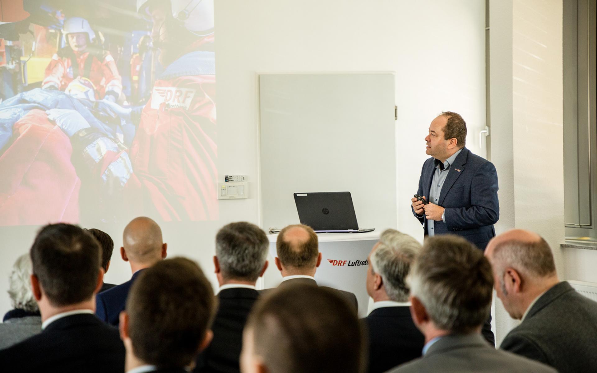 Dr. Gregor Lichy, leitender Notarzt an der Station der DRF Luftrettung in Stuttgart, referierte in seinem Vortrag über die Herausforderungen im 24-h-Luftrettungsdienst.