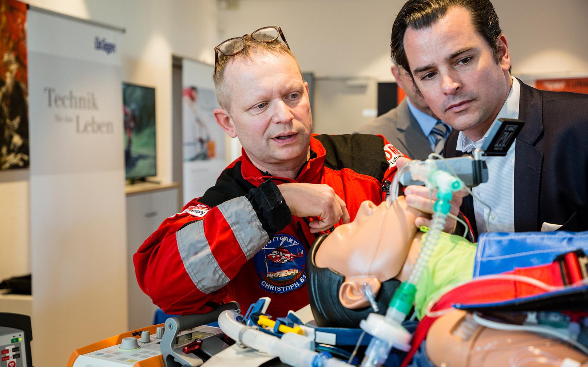 Christof Pfeiffer, Notfallsanitäter und Leiter Arzneimittelmanage-ment der DRF Luftrettung, im Gespräch zum Thema Intensivtransporte mit dem Hubschrauber.