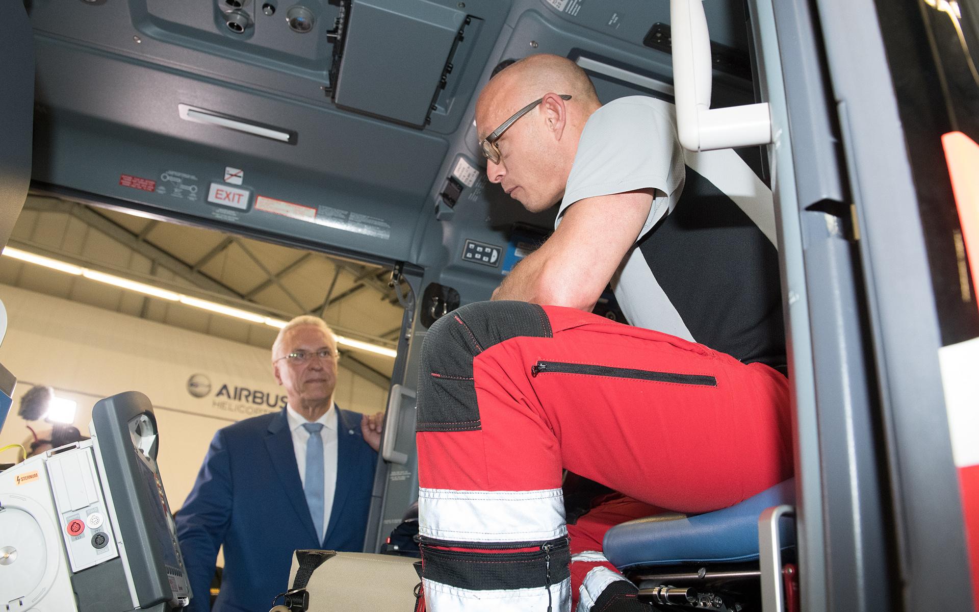 Innenminister Herrmann besichtigt einen der hochmodernen Hubschrauber der DRF Luftrettung. Quelle: DRF Luftrettung / LMU-Klinikum