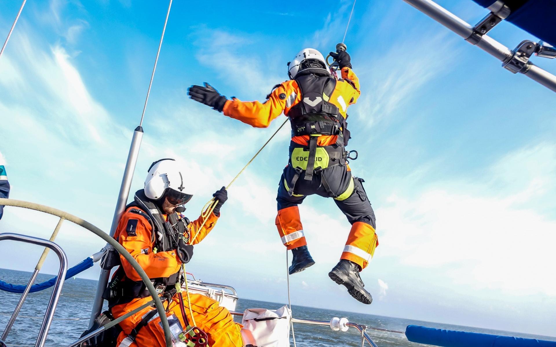 Der Helikopter der NHC traf als erstes Rettungsmittel bei den beiden havarierten Seglern ein und ließ ihre Medical Crew, bestehend aus Notarzt und HEMS-TC, per Seilwinde ab. (Symbolbild) Foto: NHC