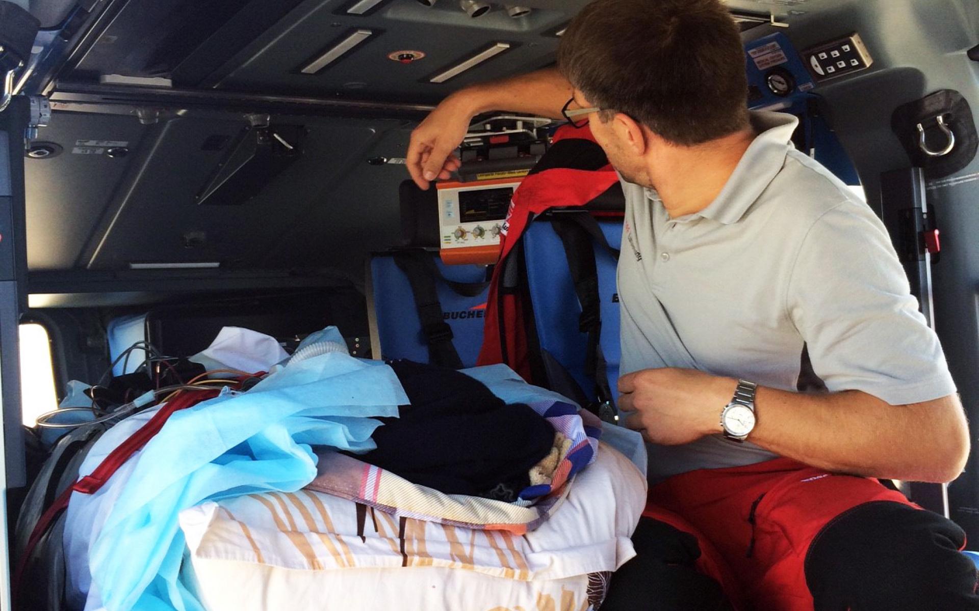 Dank der intensiv-medizinischen Ausstattung des Hubschraubers ist eine lückenlose Überwachung und Versorgung des Unfallopfers während des Fluges gewährleistet.