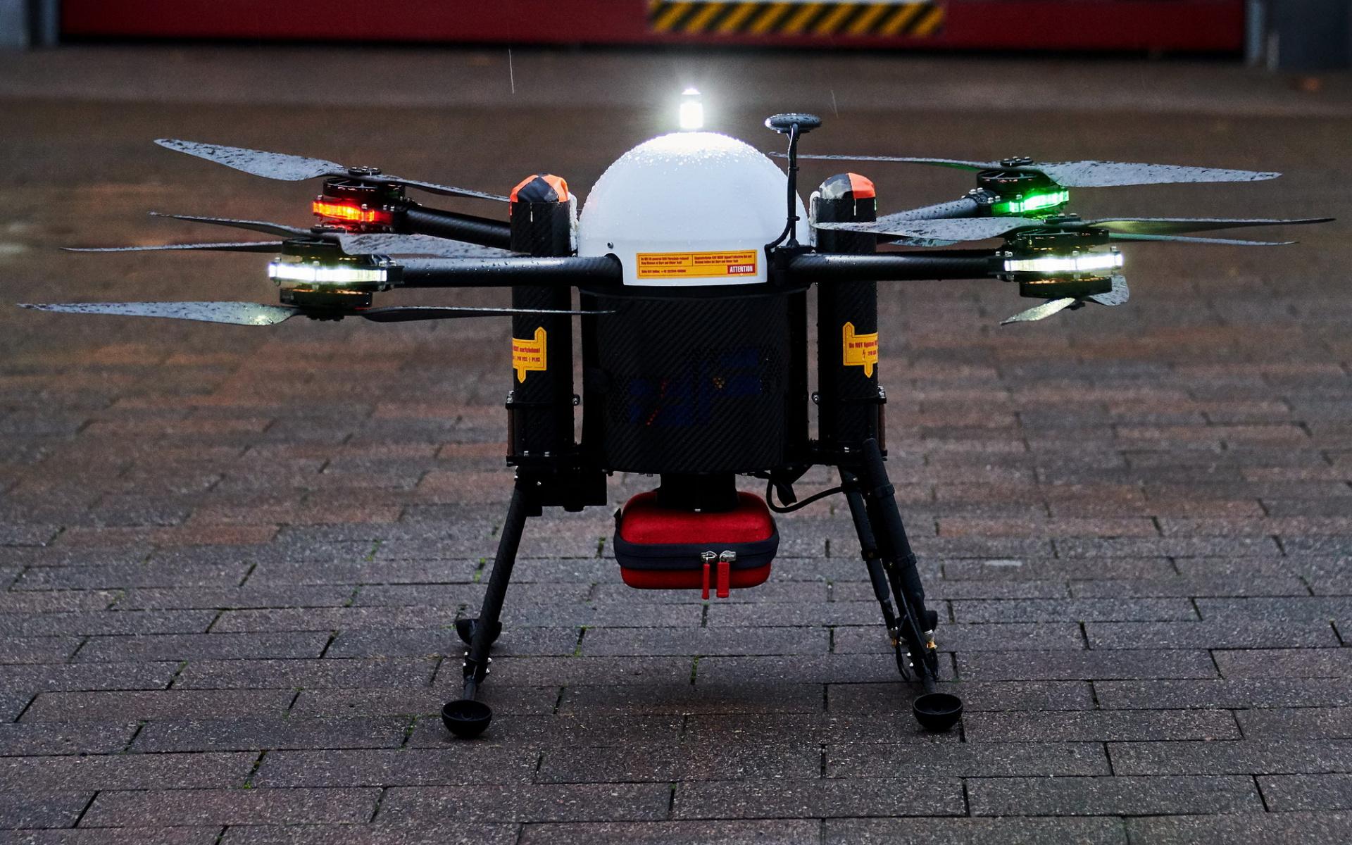 Wie können Drohnen die Notfallversorgung optimieren? Dies wird gerade in einem Pilotprojekt der Uniklinik Greifswald in Kooperation mit der DRF Luftrettung untersucht.