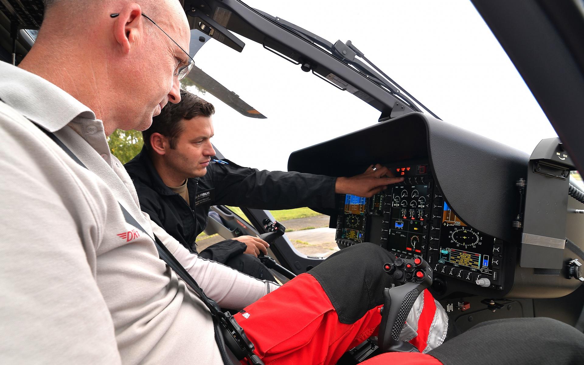 Rettungspilot Peter Flohr (links), Pilot von Christoph 38, ist beeindruckt von den  vielfältigen Konfigurationsmöglichkeiten der großen Bildschirme im Cockpit der H 135. Denn diese erlauben jederzeit eine ideale Anpassung an die jeweilige Einsatzsituation.