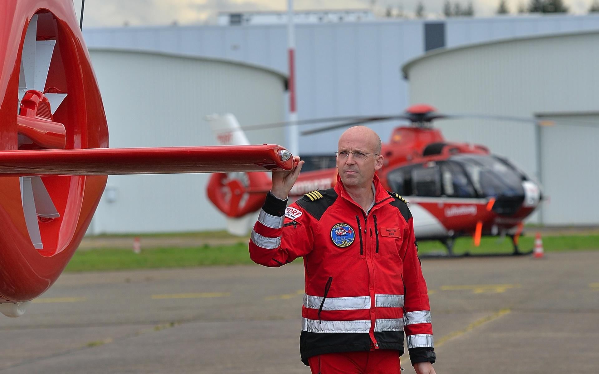 Pilot Peter Flohr bei der Nachflugkontrolle.