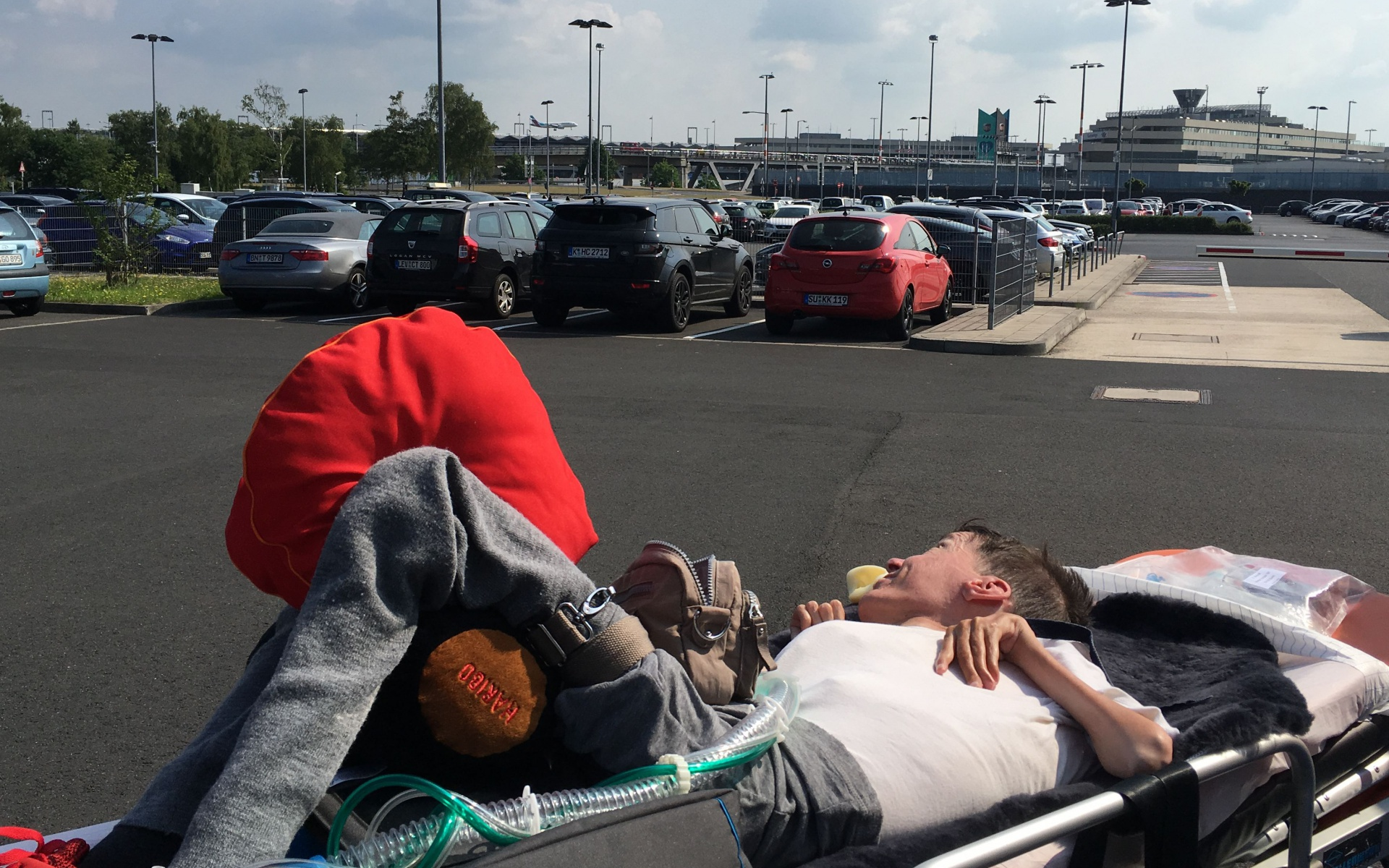 Los ging es für die zwei mit dem Rettungswagen, der sie von ihrem Heimatort an den Kölner Flughafen brachte.
