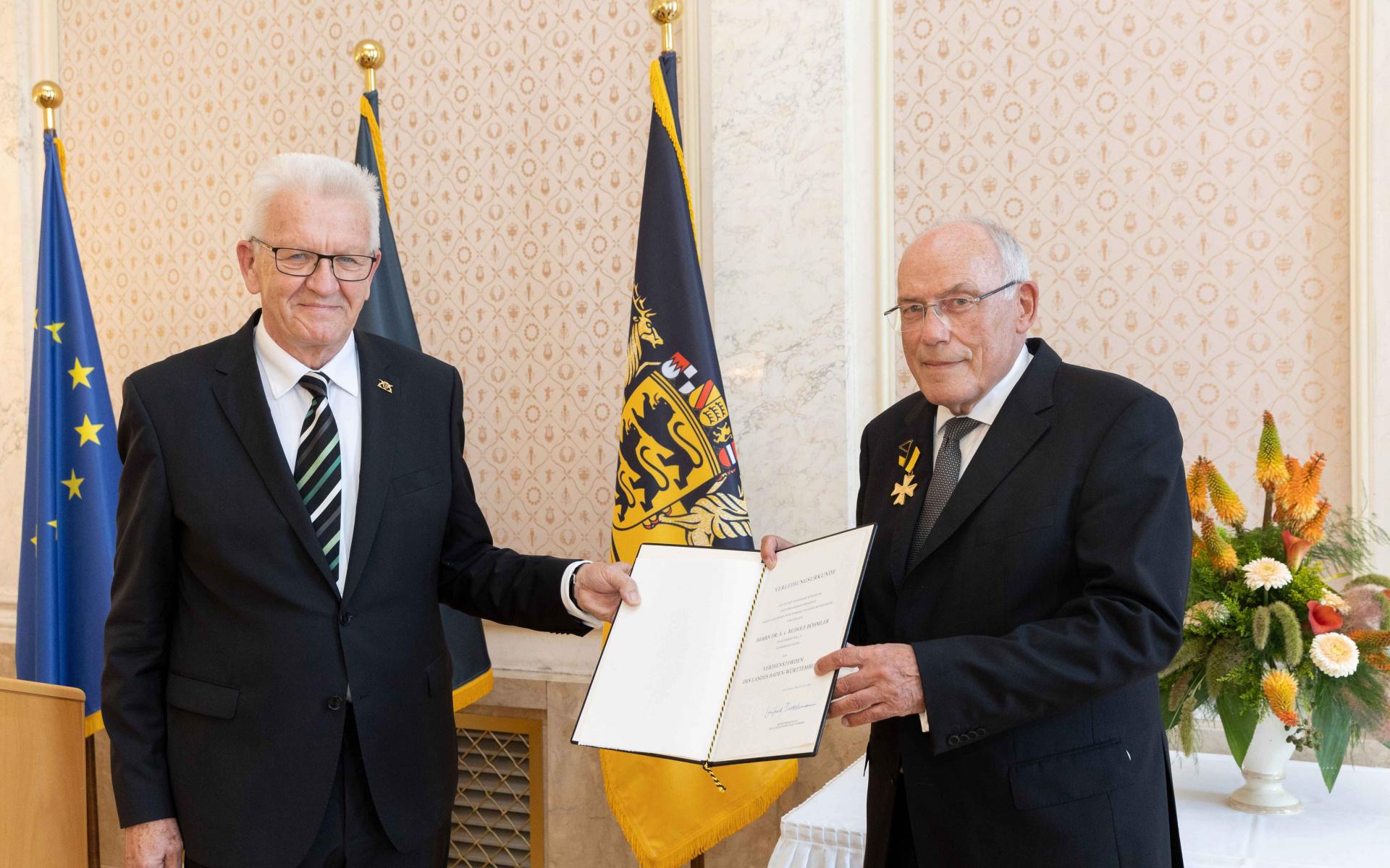 Winfried Kretschmann würdigt Dr. h.c. Rudolf Böhmler für sein Zeit, Arbeitskraft, Ideen und Initiativen, die er dem Land Baden-Württemberg geschenkt hat. (Quelle: Staatsministerium Baden-Württemberg)