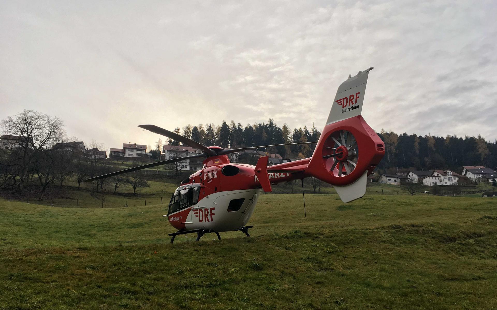 Nachdem der Pilot den Notarzt der DRF Luftrettung am Hang hatte aussteigen lassen, landete er auf einer ebenen Fläche.