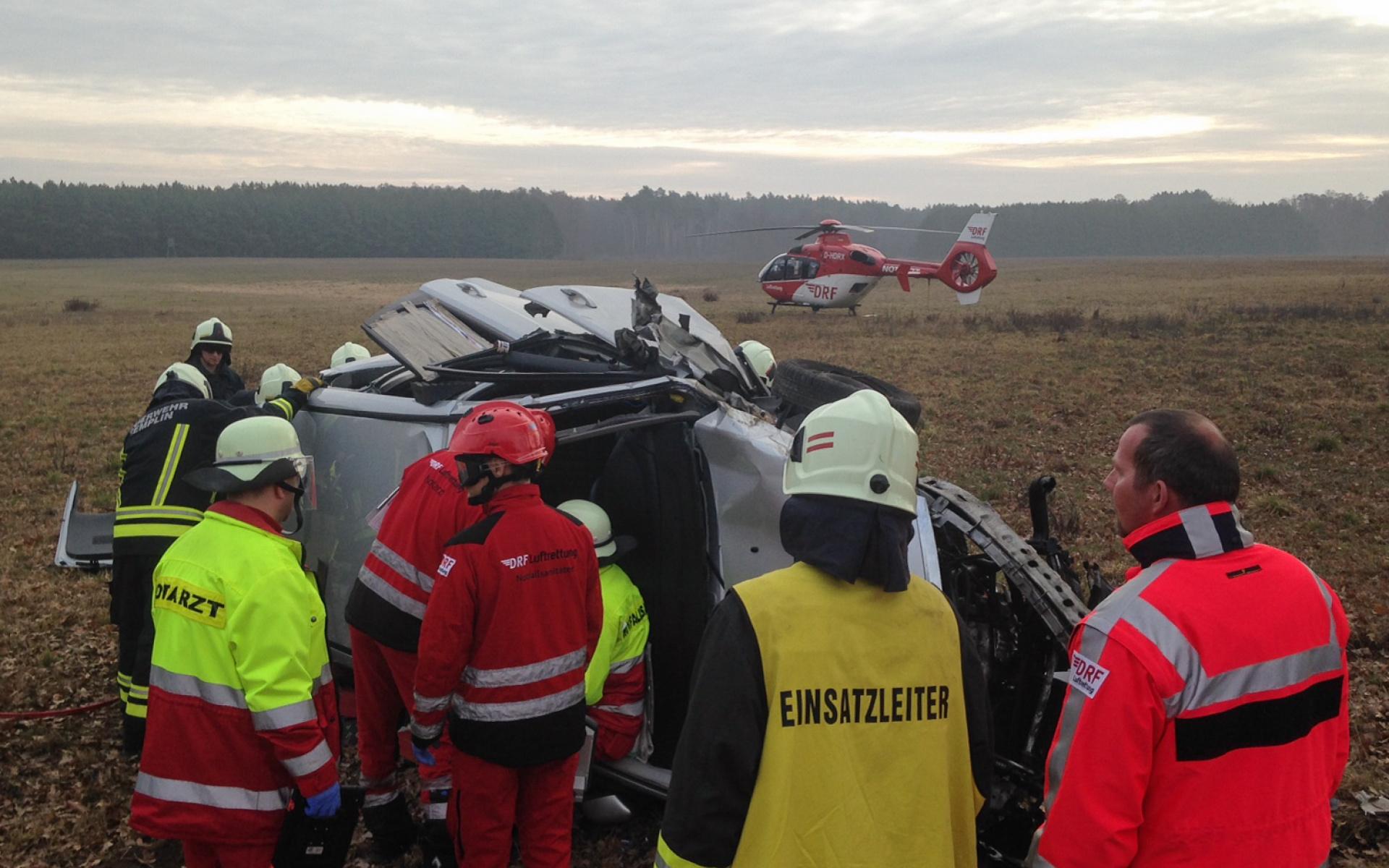 Einsatz für die Angermünder Luftretter: Der Fahrer dieses Pkw erleidet lebensbedrohliche Mehrfachverletzungen. Die Hubschrauber-Crew fliegt ihn in eine Spezialklinik nach Eberswalde.