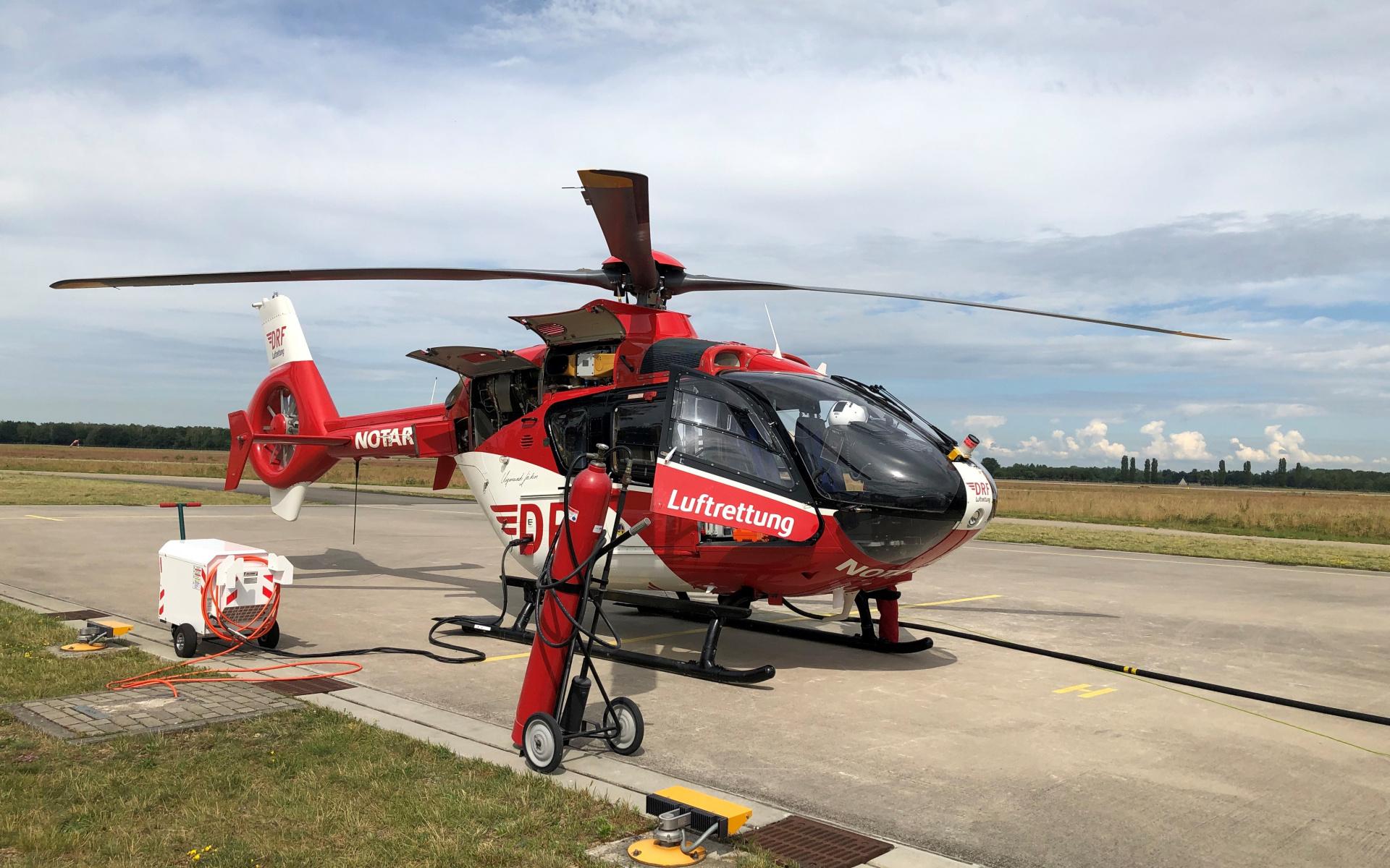"""Erstes Anlassen des Hubschraubers nach einer großen Werft-Kontrolle. """"Wir agieren beim Testen immer äußerst vorsichtig und in ganz kleinen Schritten, wenn die Anzeigen aufleuchten und die akustischen Signale uns warnen, dass die Maschine jetzt fast an ihrem Limit ist"""", erzählt Dietmar Gehr."""