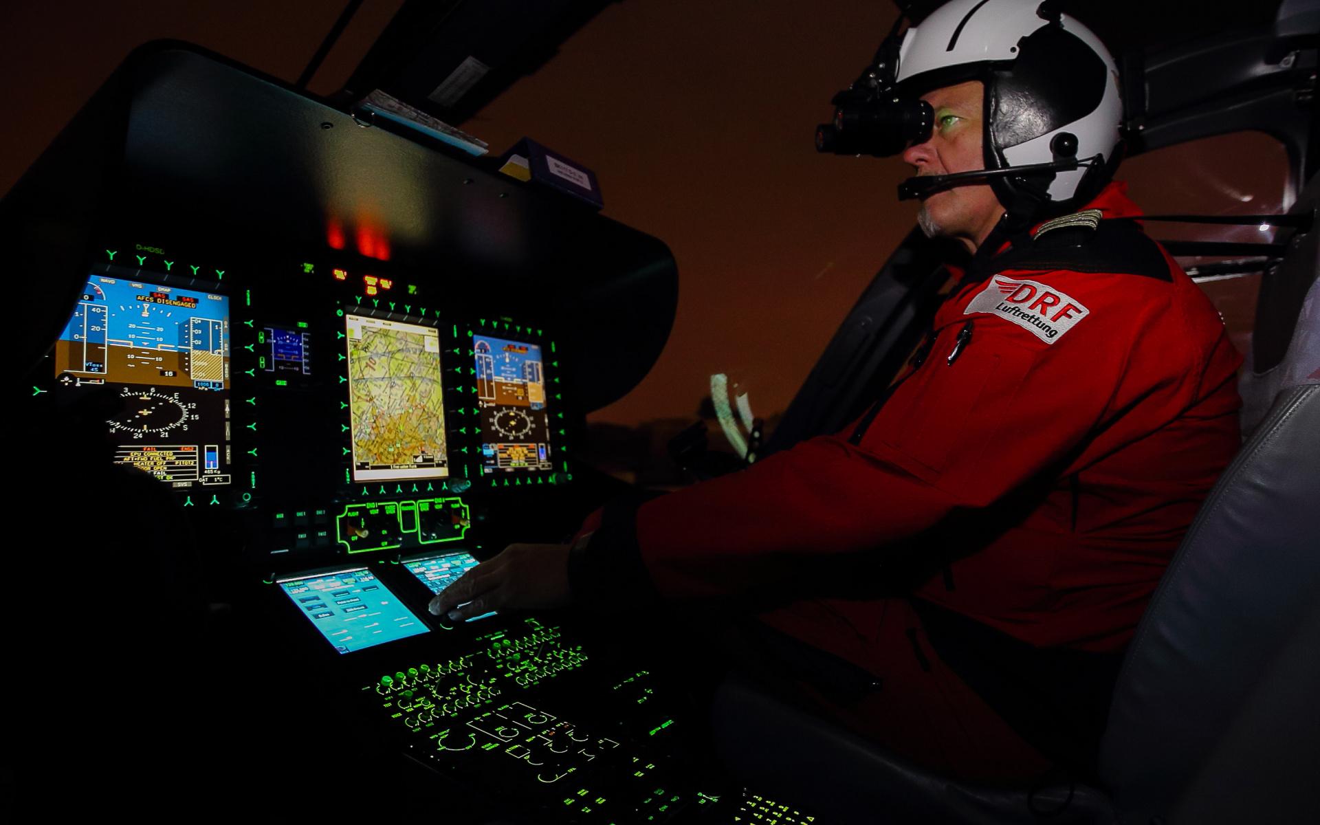 Schnelle Hilfe auch wenn es dunkel ist: Die Piloten der DRF Lufrettung setzen bei ihren nächtlichen Einsätzen Nachtsichtbrillen ein. Symbolbild.