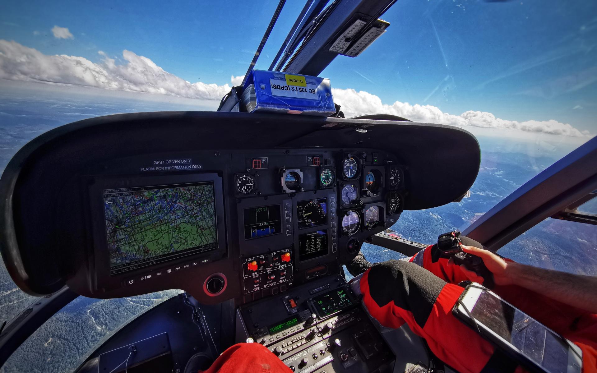 An die Grenzen: Nach dem Start müssen gewisse Flugmanöver absolviert werden – zum Beispiel ein Flug in einer Höhe von 9.500 Fuß, sprich knapp 3.000m über Meeresniveau. Außerdem muss die Drehzahl der Rotoren des Hubschraubers an definierte Grenzbereiche gebracht werden.