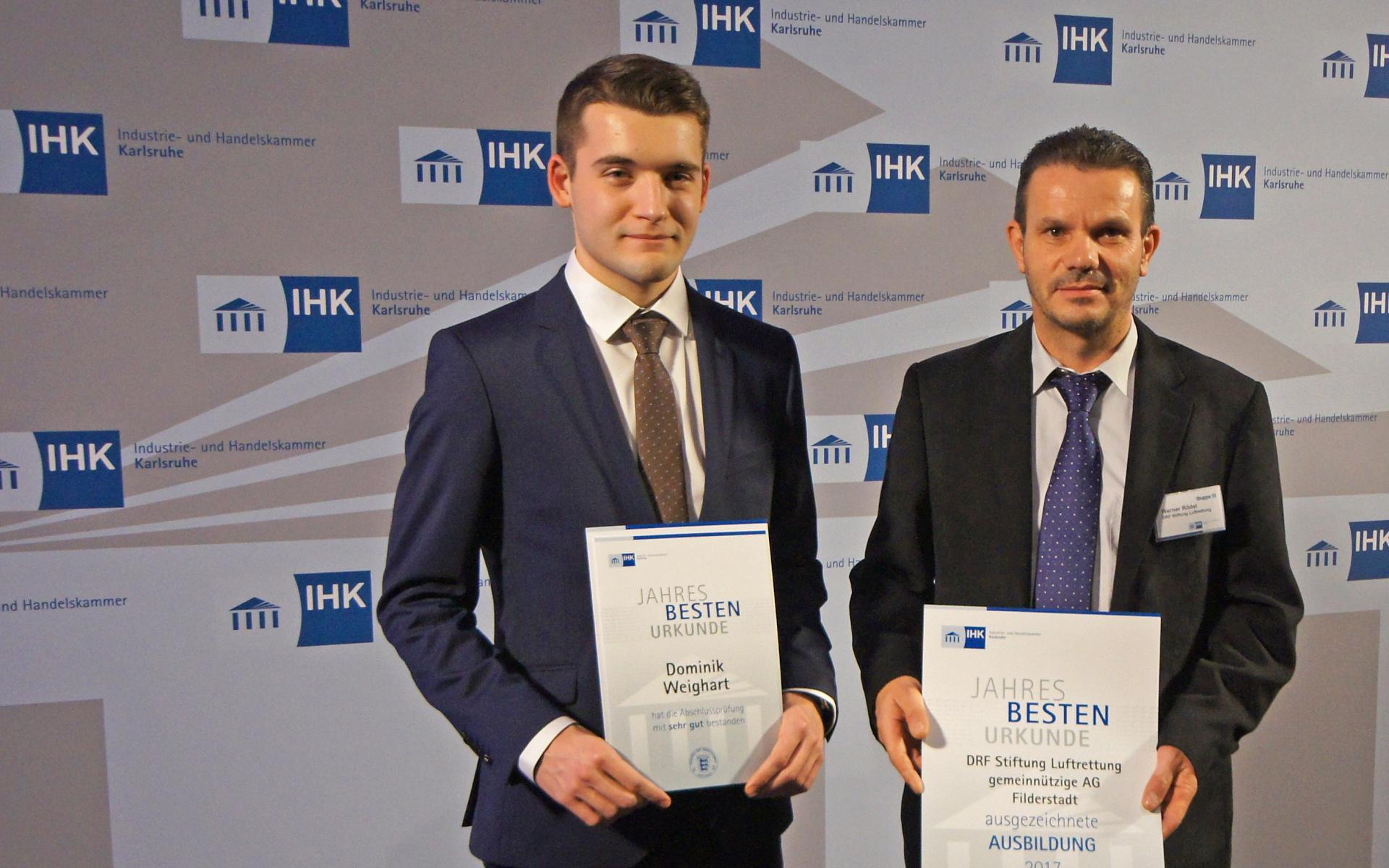 Dominik Weighart (links) mit Ausbildungsleiter Werner Rödel
