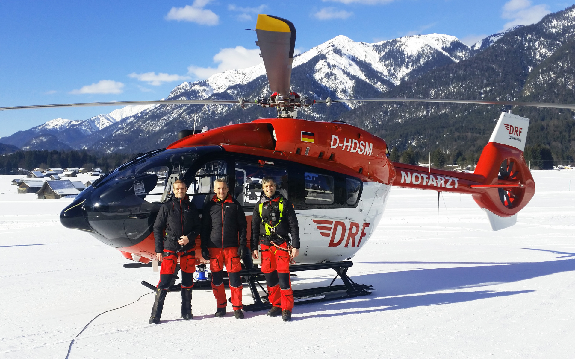 Bereit für den Einsatz: Dr. Stefan Stuefer, Pilot Christian Brunnlechner und Winchoperator Huber Dreer (v.l.n.r.) - Foto: DRF Luftrettung