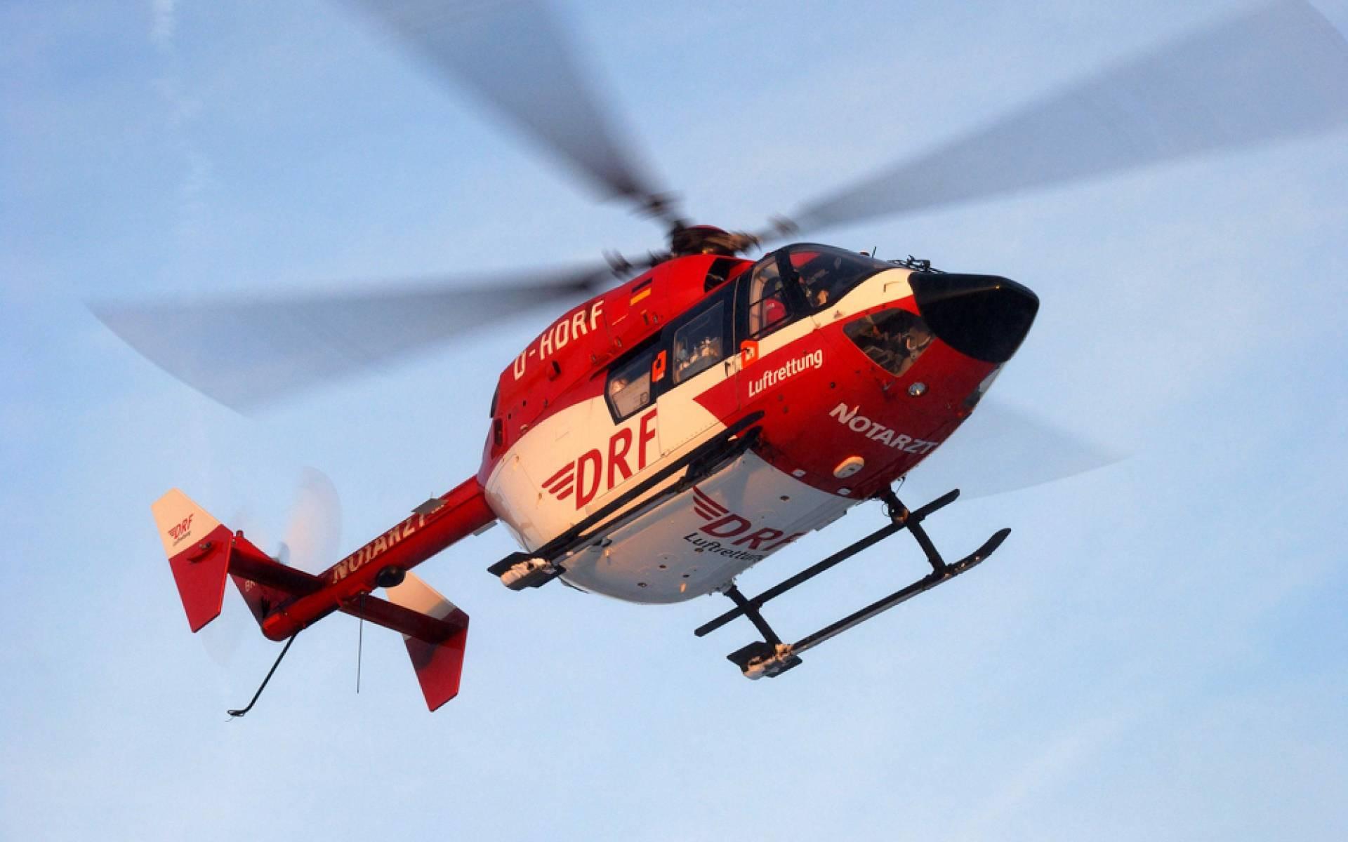 Der Rettungshubschrauber der DRF Luftrettung während des Fluges zum Unfallort. (Symbolbild)