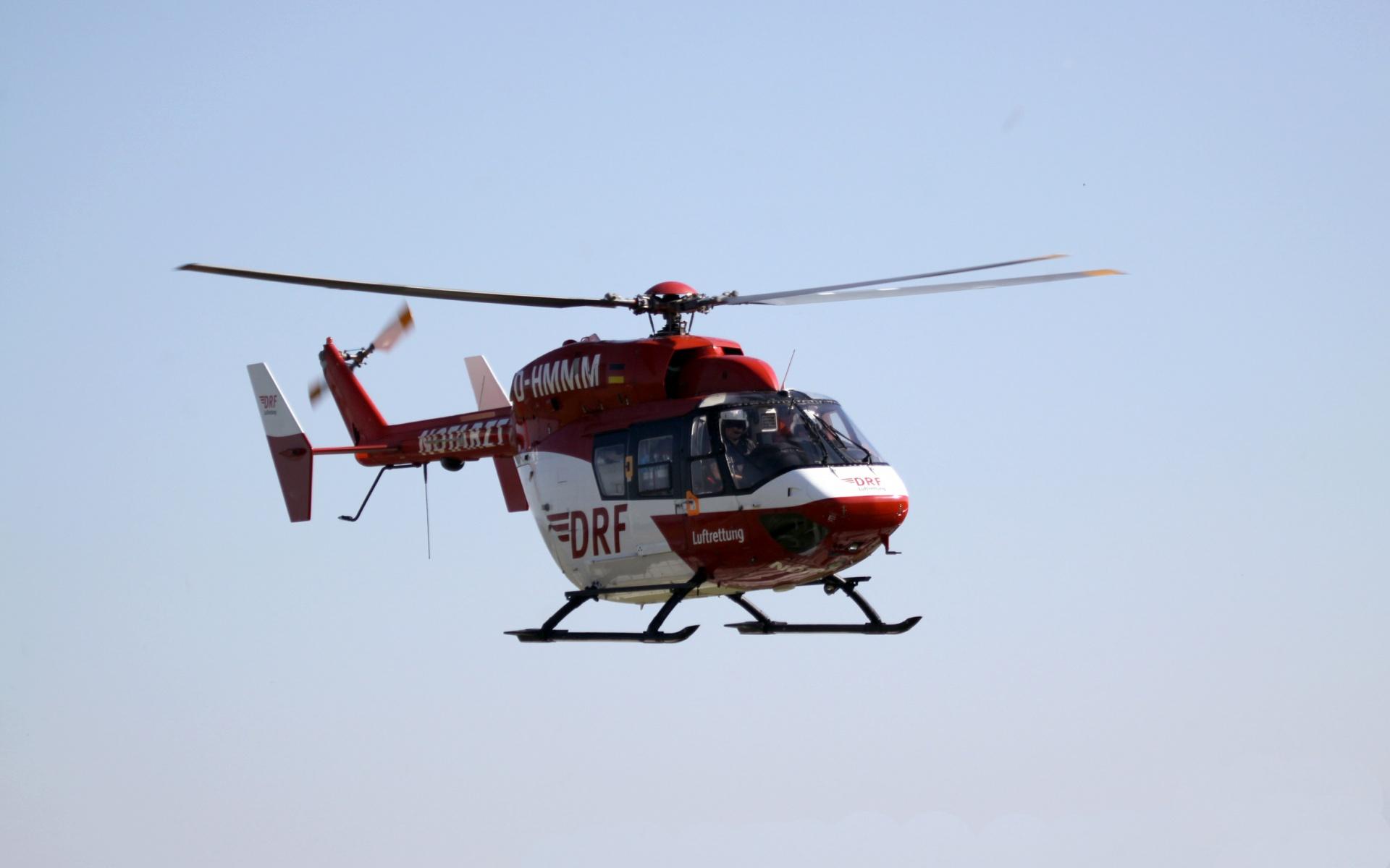 Schreck auf dem Weg zur Schule: Ein mit 48 Kindern besetzter Schulbus hat einen Unfall. Ein Großaufgebot an Rettungskräften wird alarmiert, auch Christoph 53 der DRF Luftrettung kommt zum Einsatz. Symbolbild.