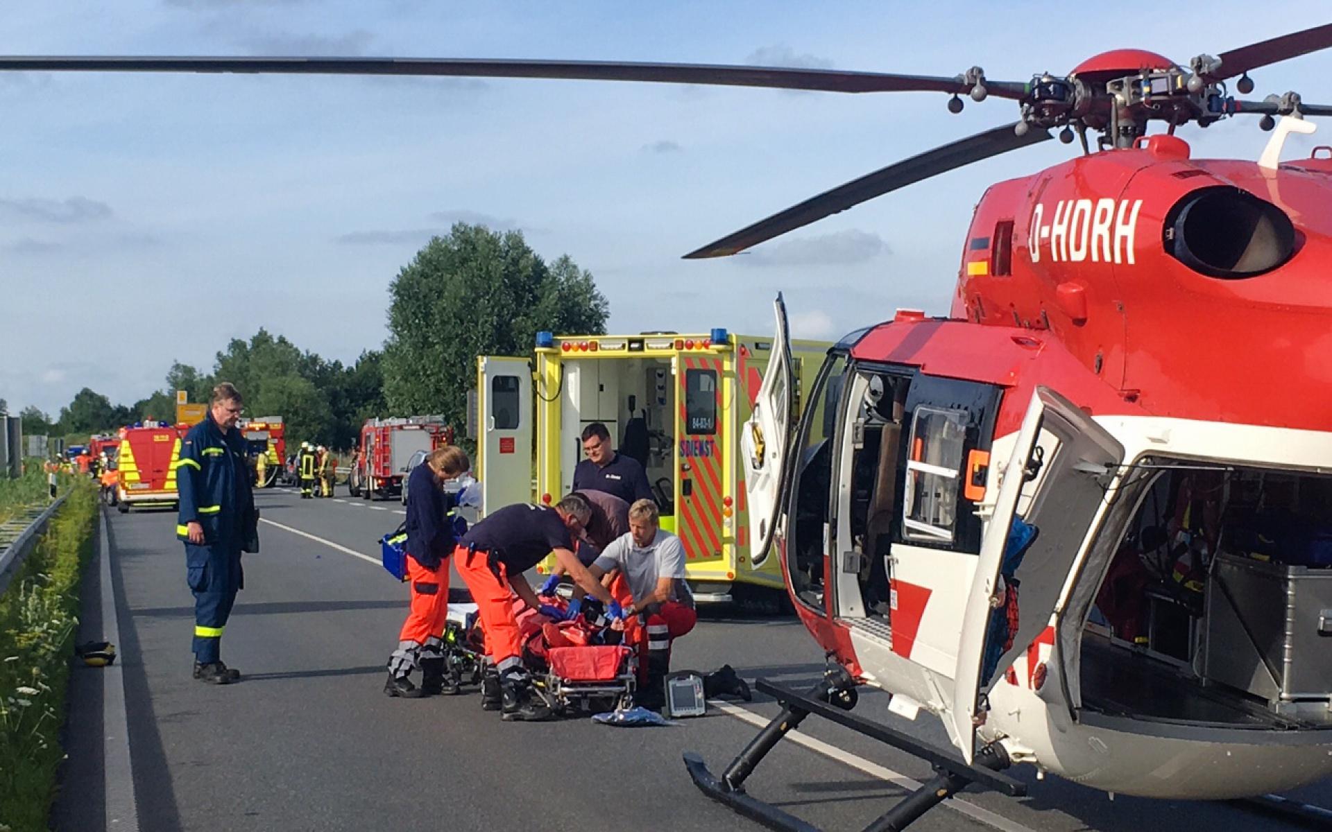 Tragischer Unfall auf der B 212 bei Nordenham. Die Besatzung von Christoph Weser der DRF Luftrettung fliegt eine Patientin nach der notärztlichen Versorgung vor Ort in eine Klinik.