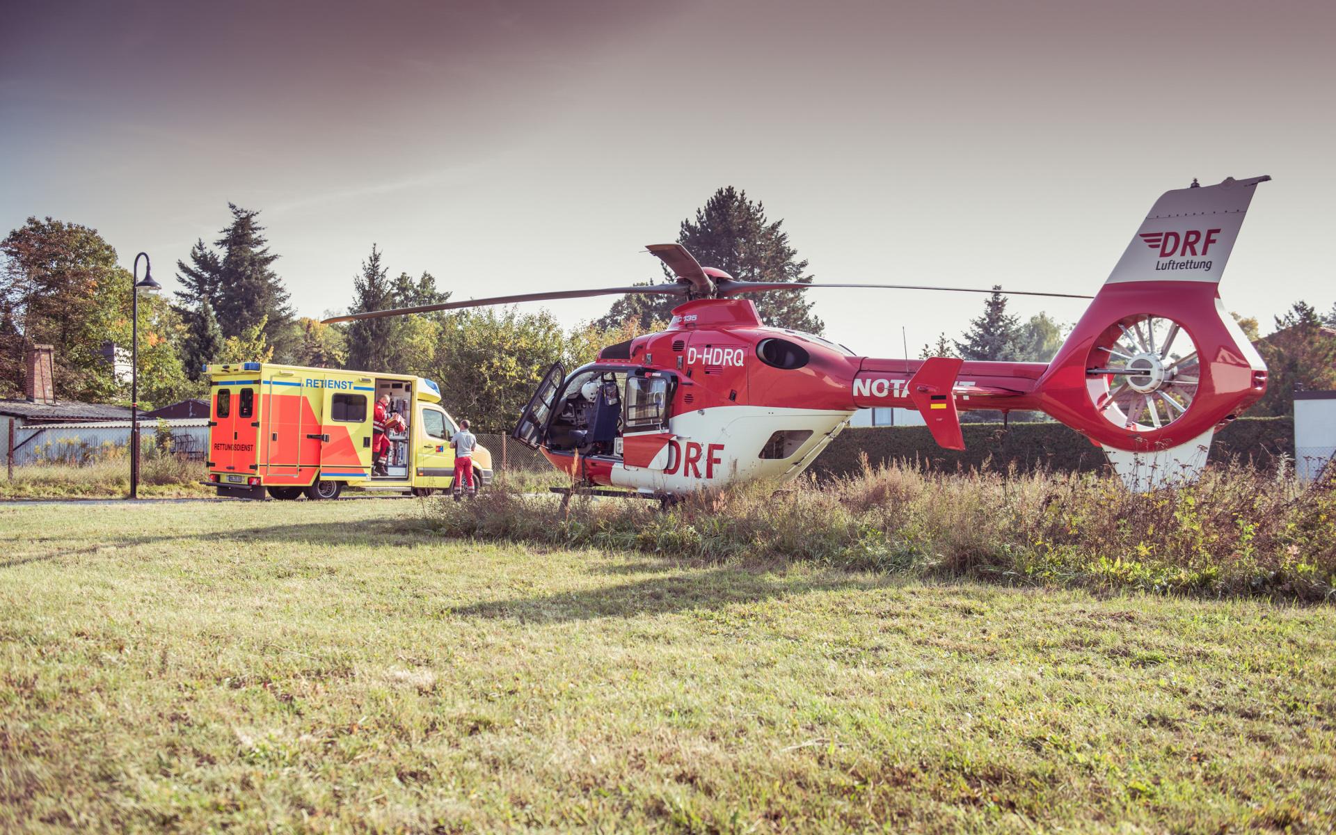 Die Luftretter arbeiten im Einsatz Hand in Hand mit ihren Kollegen des bodengebundenen Rettungsdiensts, der Polizei, der Feuerwehren oder auch der Krankenhäuser, immer eines im Blick: Das Wohl und die bestmögliche Versorgung für ihrer Patient/innen.