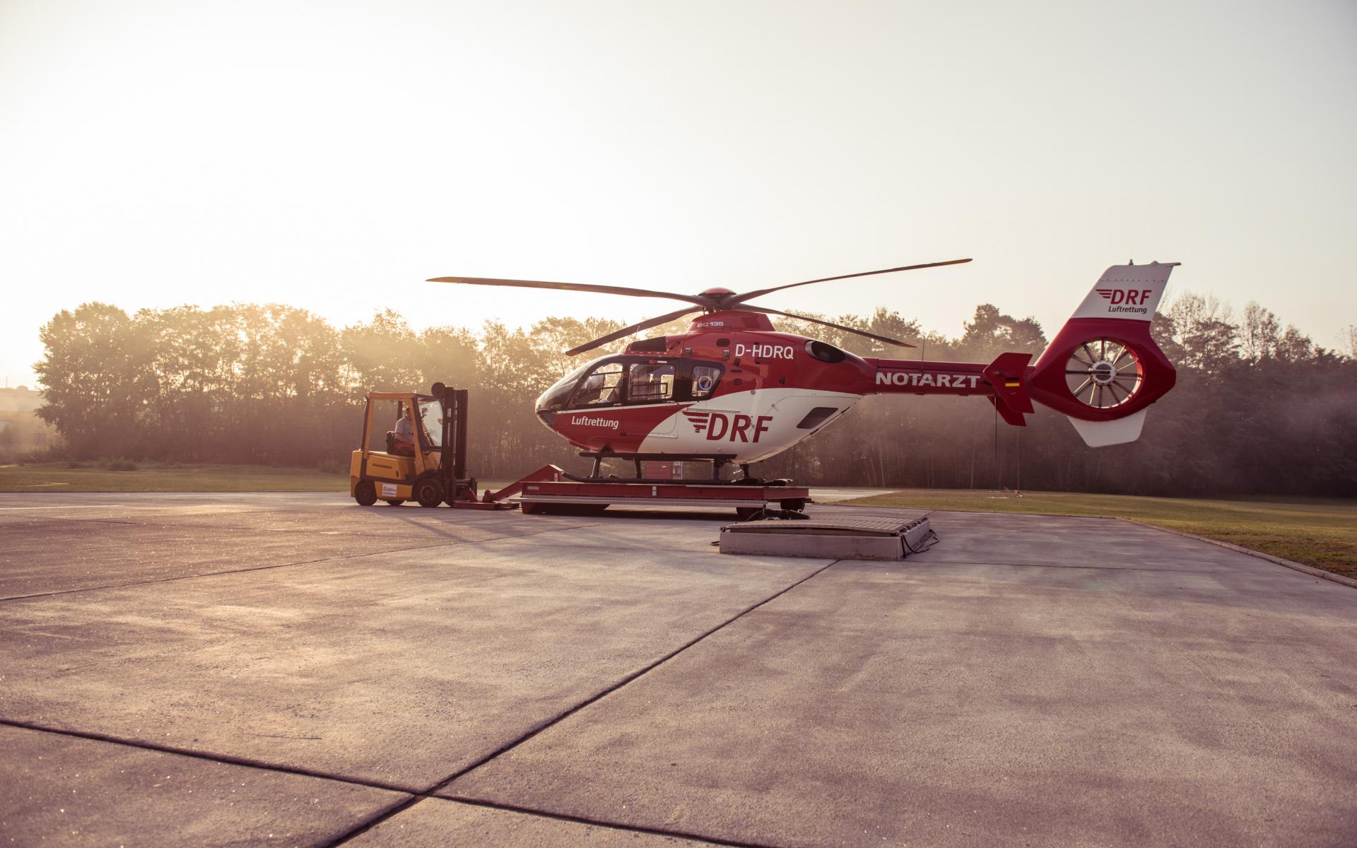 Wenn sie den rot-weißen Hubschrauber morgens aus dem Hangar holen, wissen die Luftretter nicht, was der Tag für sie bringen wird…