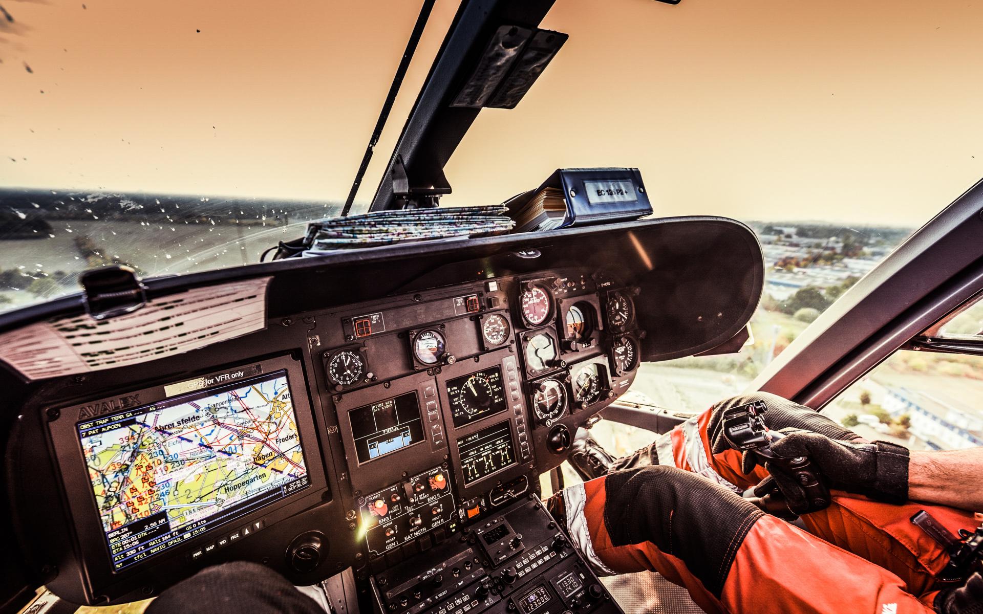 """Drei Luftretter sind an Bord von """"Christoph 49"""" im Einsatz: Ein Pilot, ein/e Notarzt/Notärztin und ein/e Notfallsanitäter/in mit der Zusatzausbildung zum HEMS TC (Helicopter Emergency Medical Services Technical Crew Member), der/die den Piloten bei der Navigation und der Luftraumbeobachtung unterstützt."""