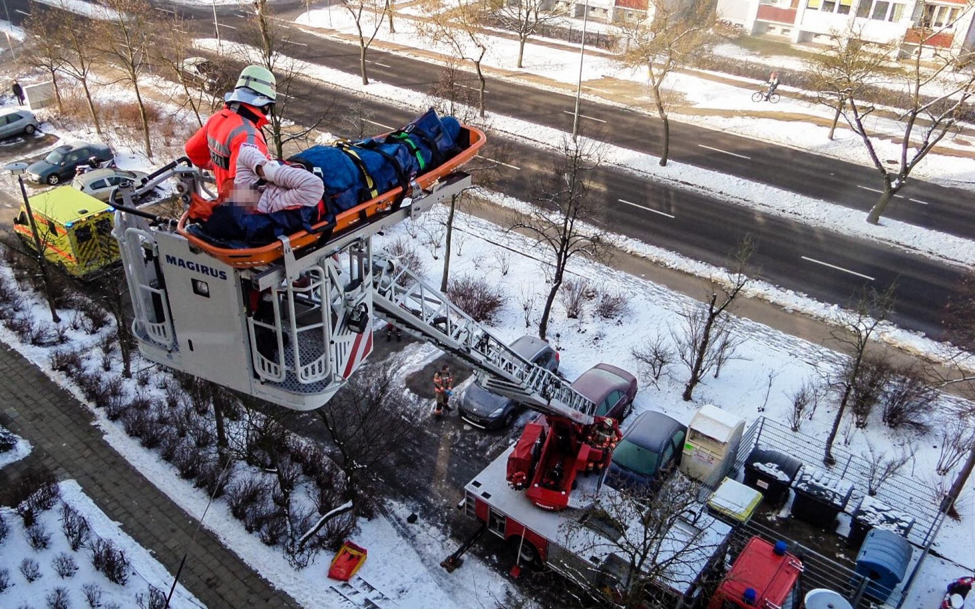 Rettung aus dem 5. Stock mit der Drehleiter