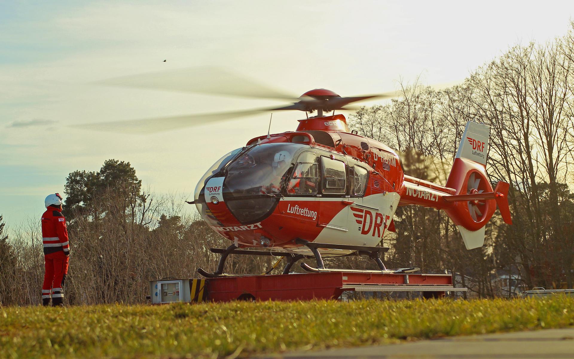 """Als """"Christoph 49"""" ist seit 2010 eine Maschine des Typs EC135 im Dienst. Mit dem hochmodern ausgerüsteten Hubschrauber erreichen die Besatzungen Einsatzorte in einem Umkreis von 60 Kilometern innerhalb von maximal 15 Flugminuten. Denn: Wenn ein Menschenleben auf dem Spiel steht, tickt die Uhr und es zählt jede Minute."""