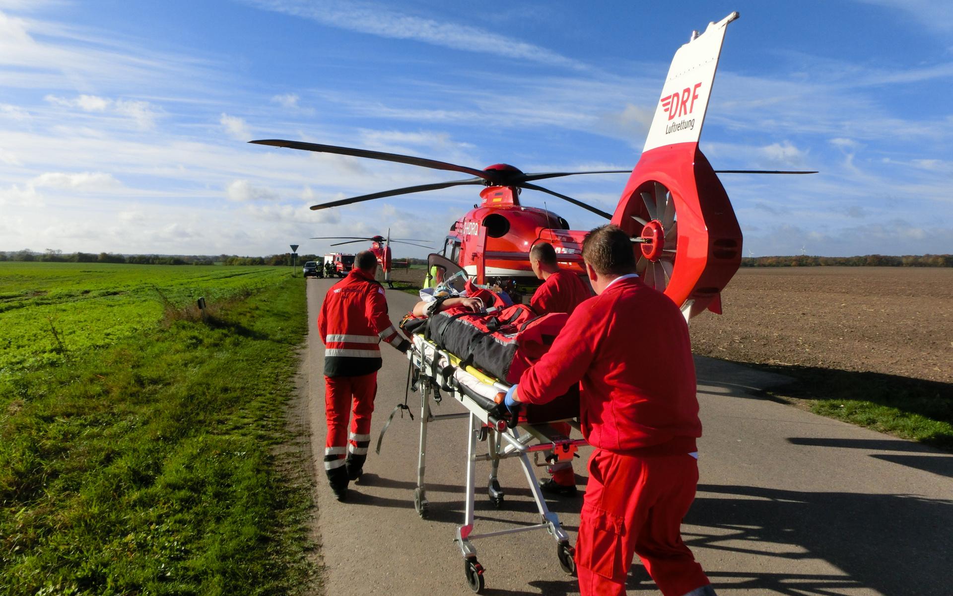 Wie werden die Luftretter gerufen? Geht bei der Leitstelle ein Notruf ein, fällt die Entscheidung, ob ein/e Notärzt*in vor Ort benötigt wird. Wenn ja, alarmiert die/der Disponent*in das Rettungsmittel, das diese am schnellsten zum Einsatzort bringen kann. Zudem kann der Hubschrauber vom bodengebundenen Rettungsdienst für den schnellen und schonenden Transport der/des Patienten/in nachalarmiert werden.