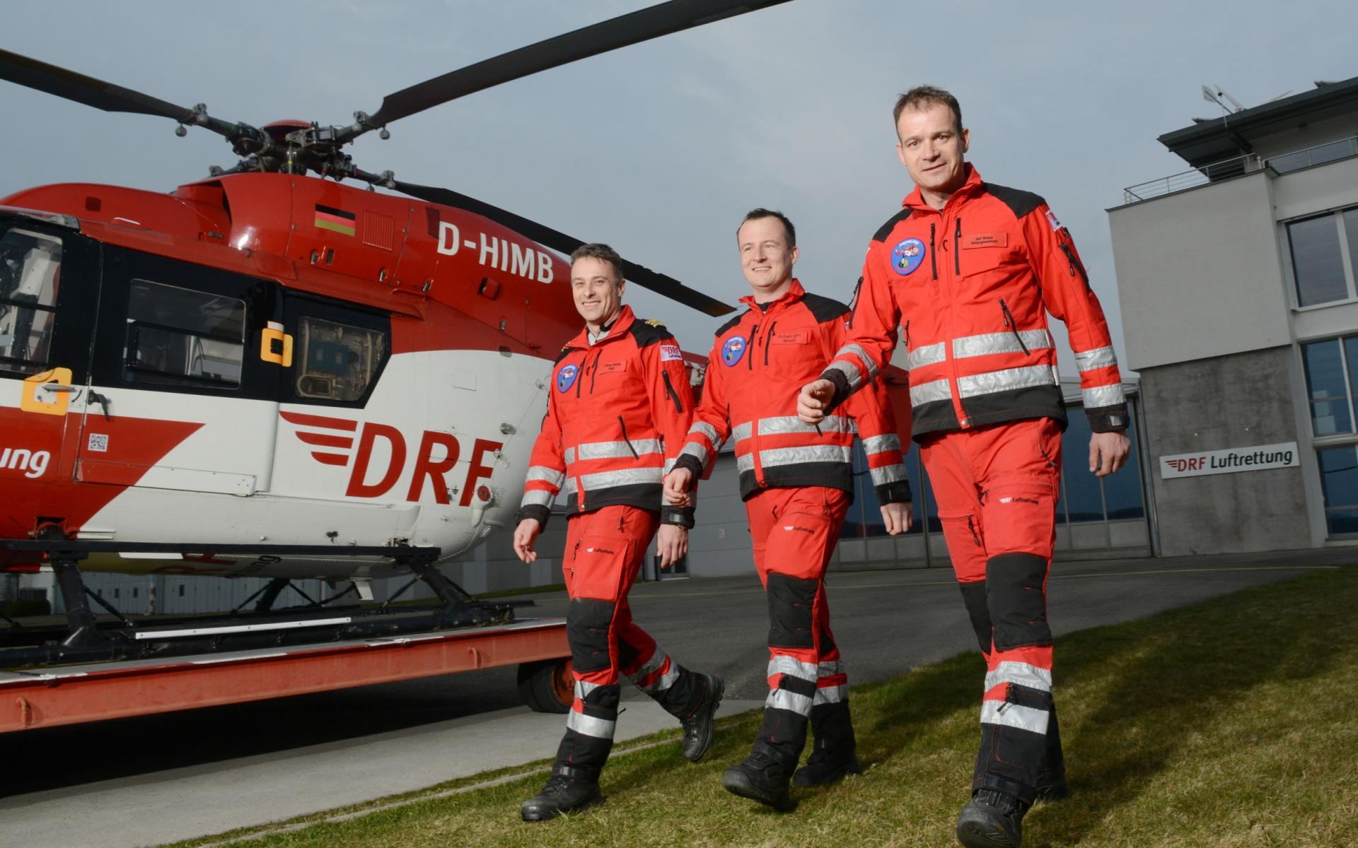 """Das Leitungsteam von """"Christoph 54"""" freut sich über das 25-jährige Jubiläum: (v.l.) Pilot und Stationsleiter Oliver Barth, der leitende Notfallarzt Dr. Frank Lerch sowie der leitende Rettungsassistent Ralf Mewes."""