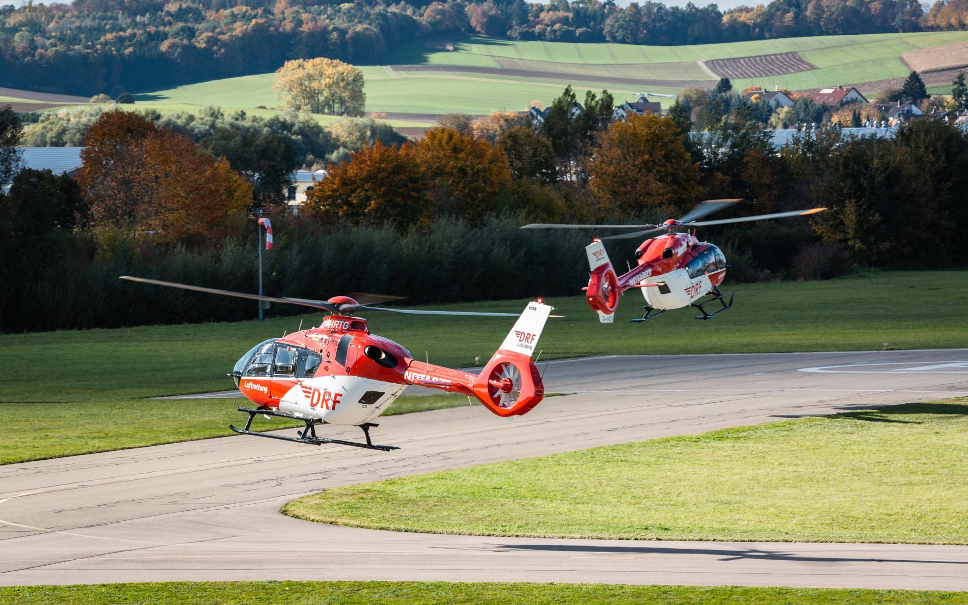 Die Hubschrauber des Typs H135 mit Helionix und H145 starteten zu ihrem Überführungsflug von Donauwörth in die Werft der DRF Luftrettung am 16. Oktober 2019 (Quelle: Airbus Helicopters/Patrick Heinz)