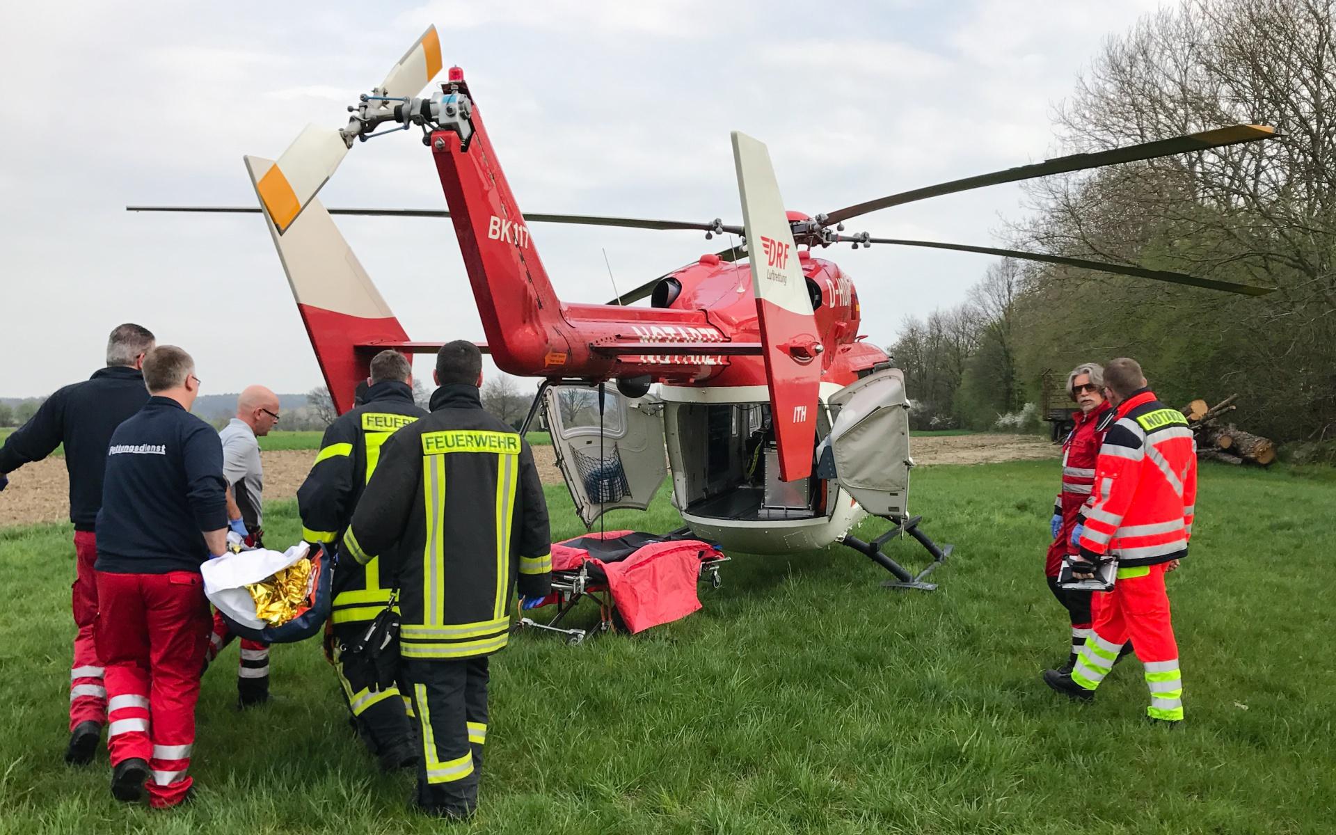 Der Hubschrauber bringt den Notarzt und den Rettungsassistenten unschlagbar schnell zum Einsatzort. Auch wenn beim Transport des Patienten jede Minute zählt, hilft die Luftrettung wertvolle Zeit sparen.