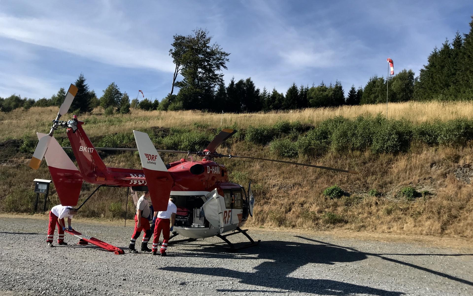 Die Luftretter konnten ganz in der Nähe der Unfallstelle landen und flogen nach der notzärztlichen Versorgung einen der beiden Männer in eine Klinik.