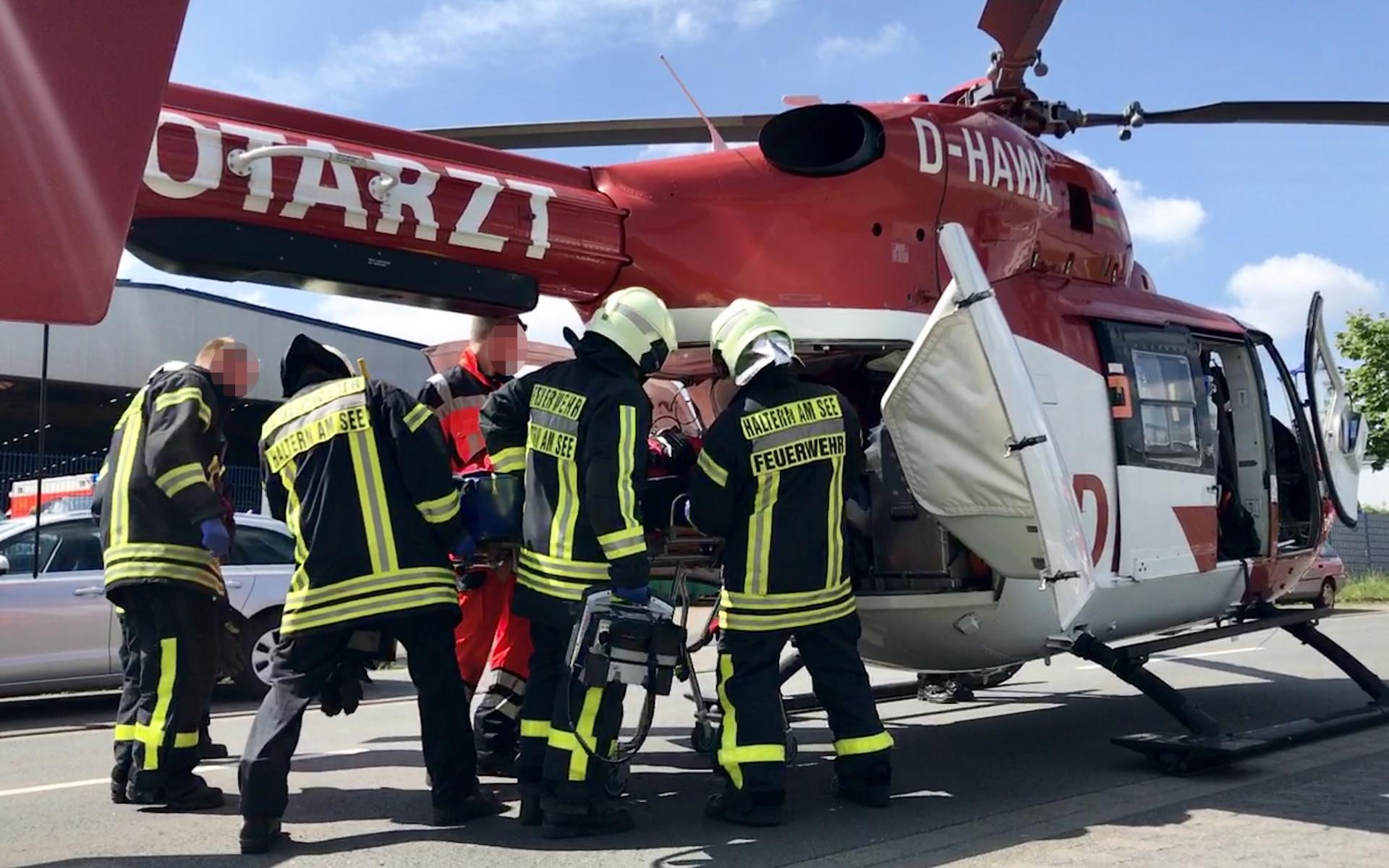 Der schwer verletzte Arbeiter wird in den Hubschrauber eingeladen.