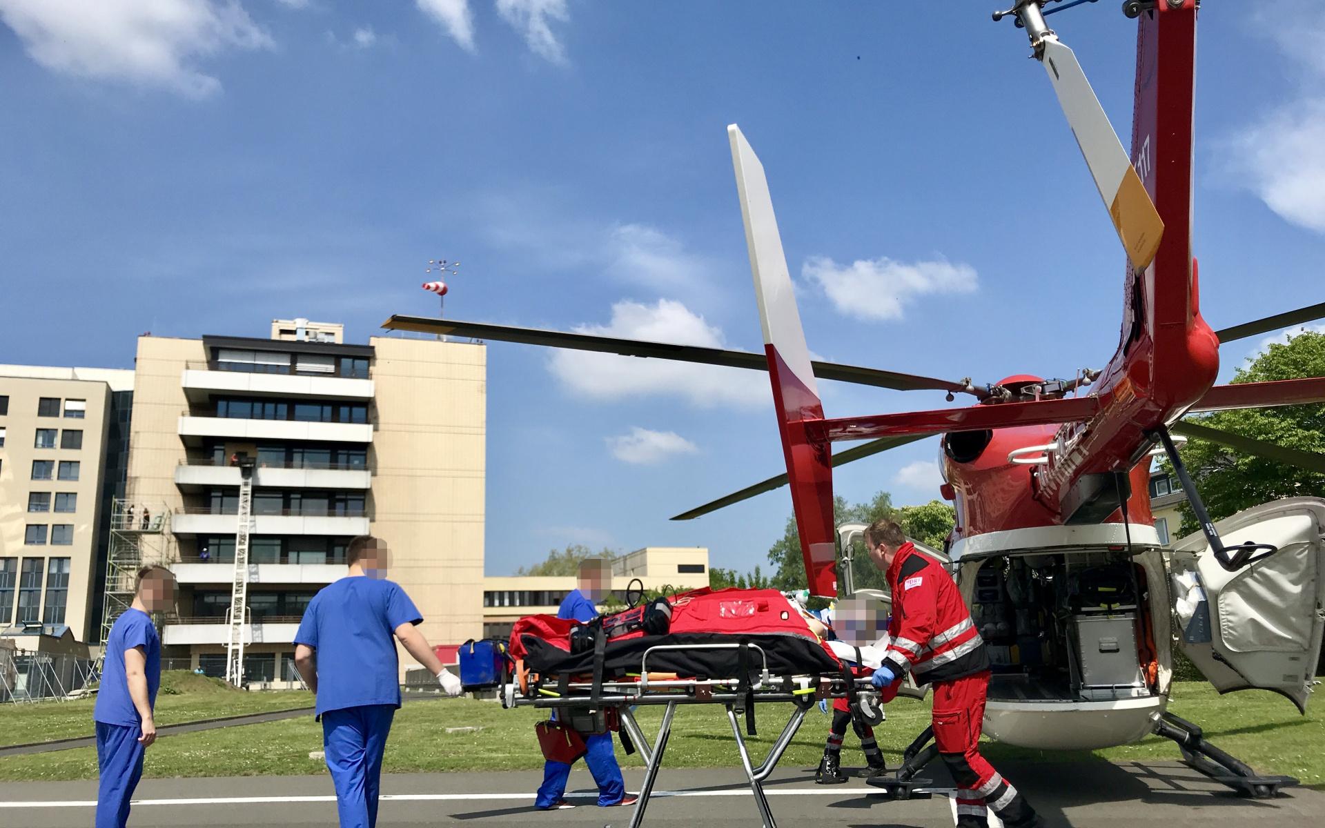 Nach kurzem Flug an Bord von Christoph Dortmund erfolgt die Übergabe an die Klinik.