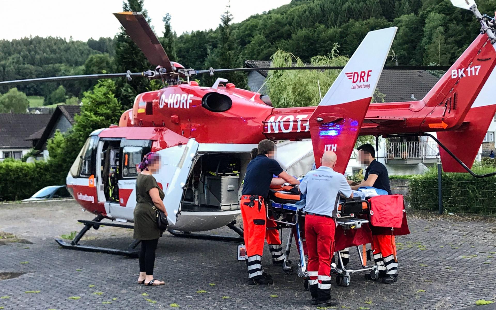 Heißer Tee kann für Kleinkinder eine große Gefahr darstellen. So auch im Bergischen Land, wo sich ein einjähriger Junge so schwer verbrannte, dass er an Bord von Christoph Dortmund in eine Spezialklinik geflogen werden musste.