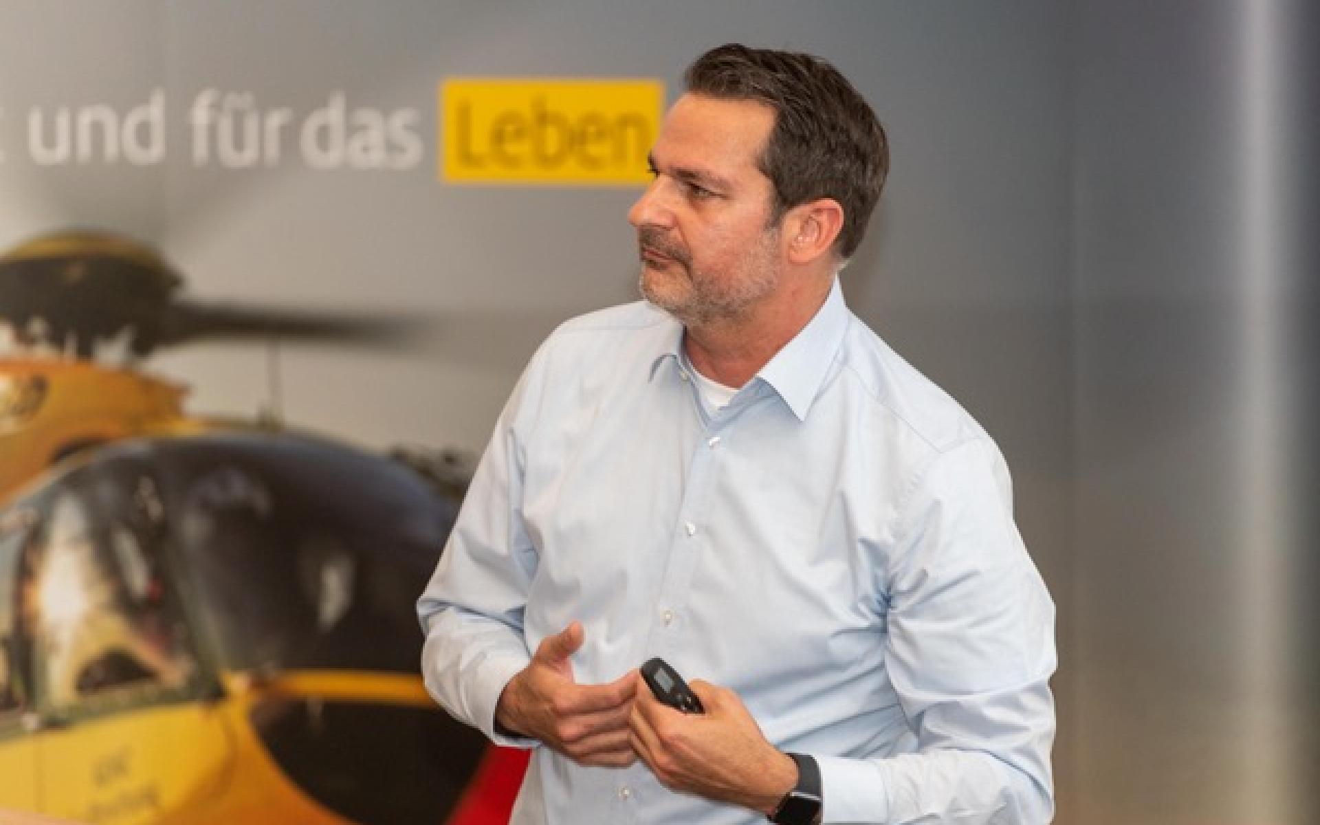"""Zwei Experten der DRF Luftrettung, Marcus Sandrock (im Bild) und Dr. Ulf Aschenbrenner, erläuterten den Teilnehmern ihre ganz neue Arbeit zur Disponierung nach der sogenannten """"Next-Best-Strategie""""."""