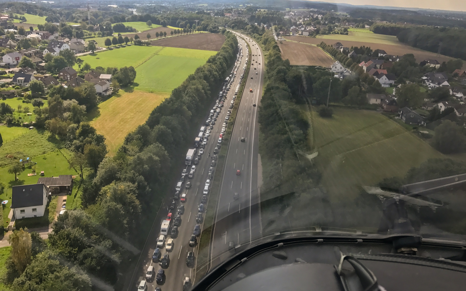Eine vorbildliche Rettungsgasse sahen die Dortmunder Luftretter im Anflug auf den Unfallort auf der A1.
