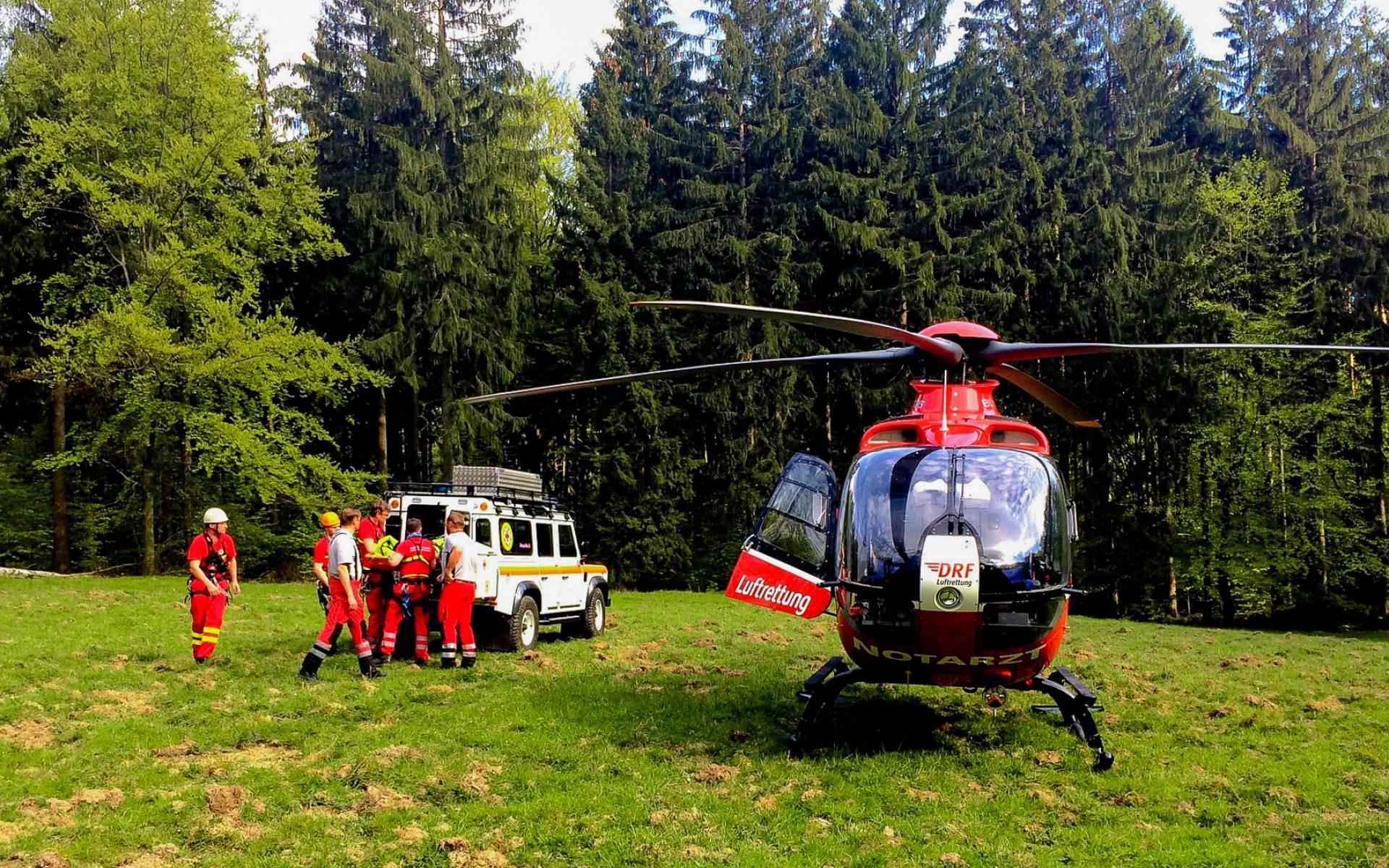 Der fünfte Einsatz des Tages: Die Bergwacht übergibt einen schwer verletzten Kletterer an die Hubschrauberbesatzung von Christoph 38.