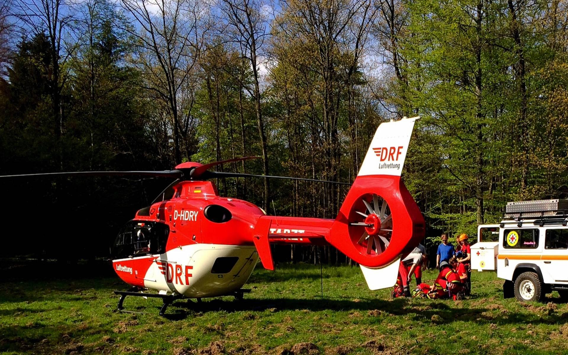 Nun übernehmen die Dresdner Luftretter die medizinische Versorgung des Patienten.