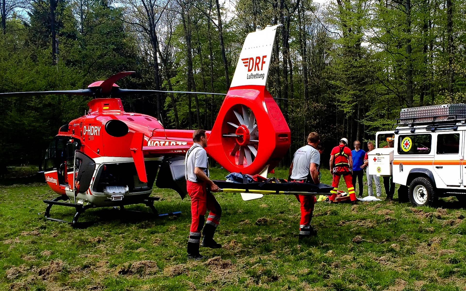 Mit dem Rettungshubschrauber wird der verunglückte Kletterer anschließend innerhalb weniger Minuten in die Universitätsklinik Dresden geflogen.