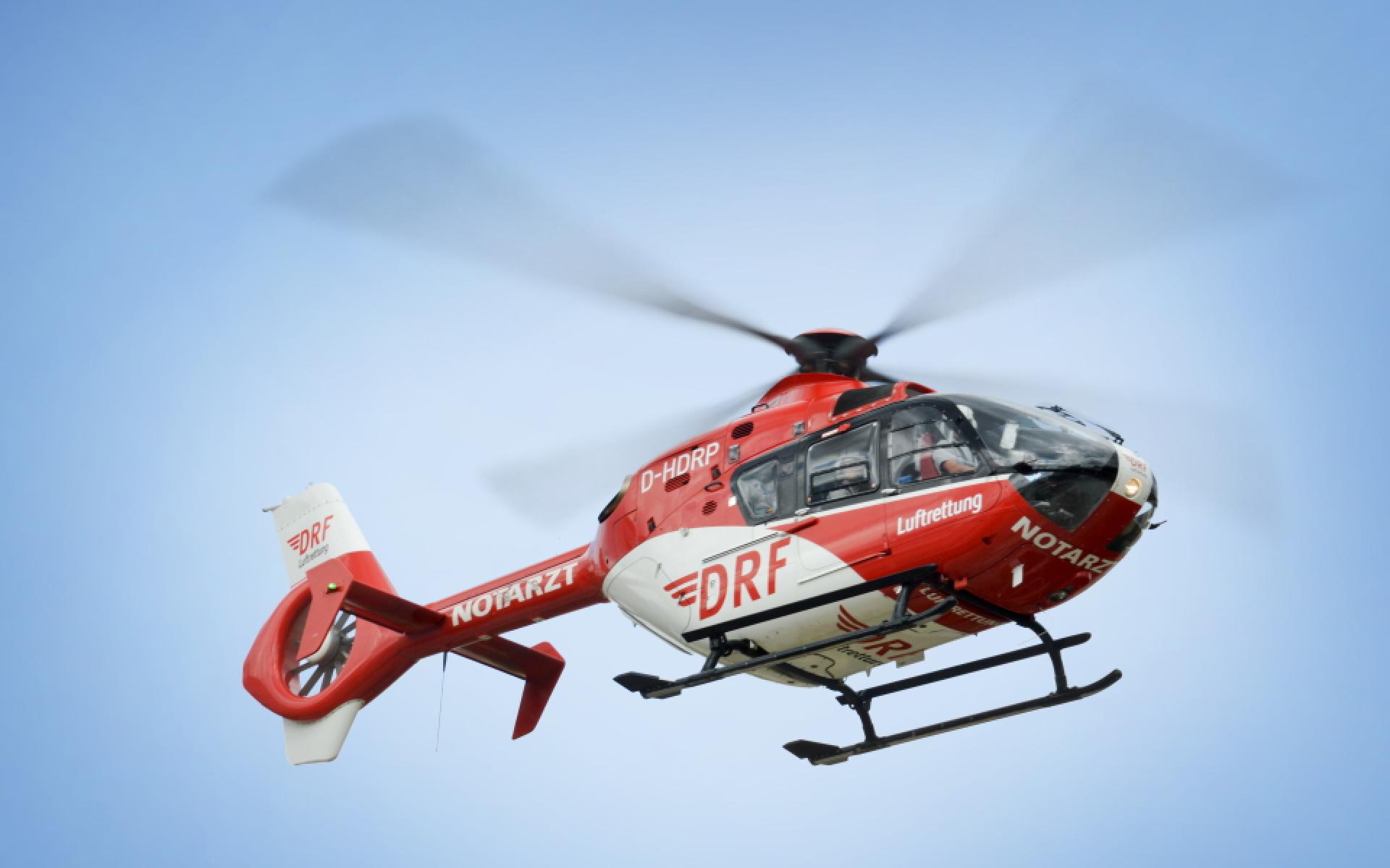 Ein Hubschrauber des Typs EC 135 im Flug.