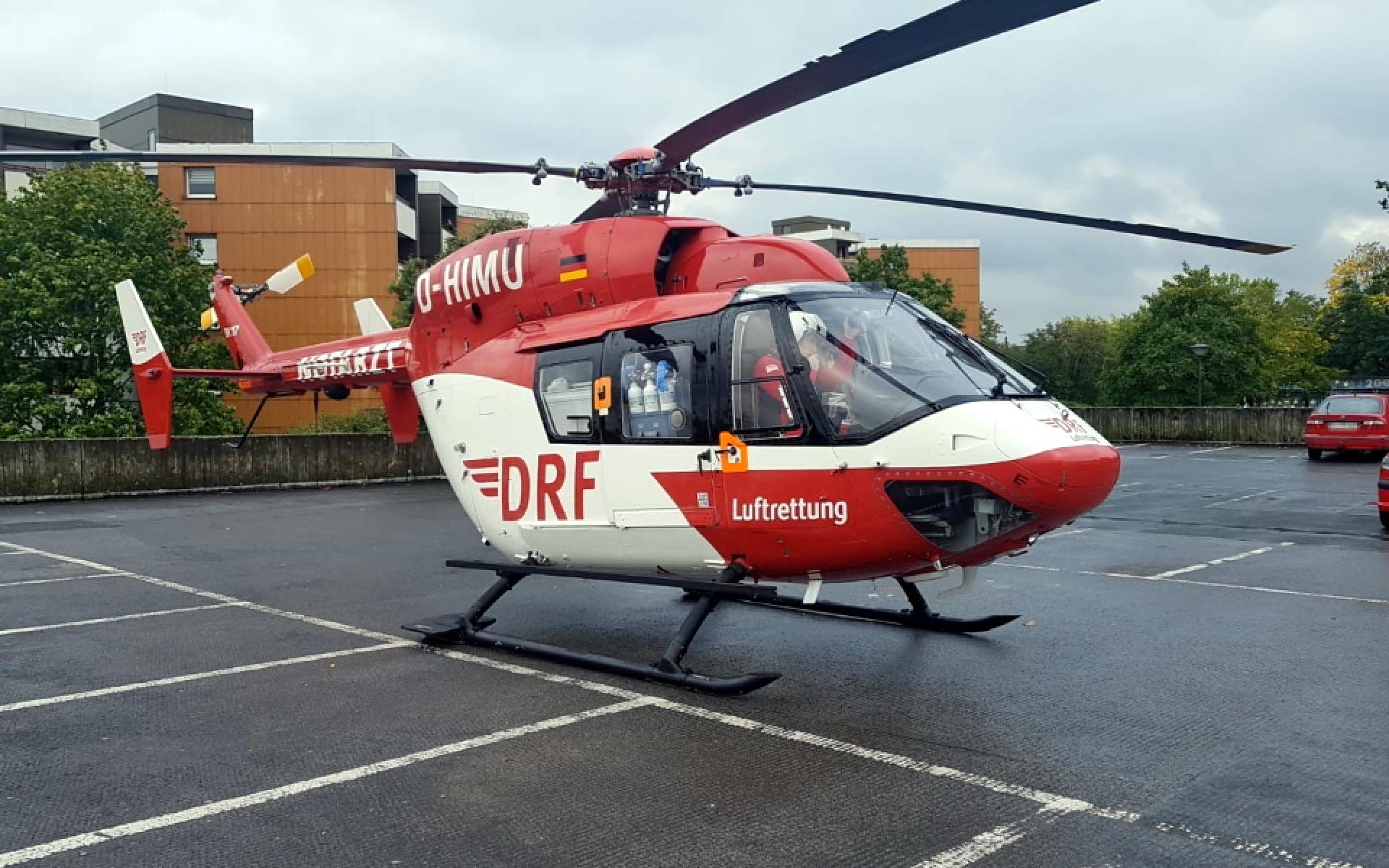 Nach neun Minuten erreicht die Dortmunder Crew den Einsatzort und landet auf dem Parkdeck der Schule.