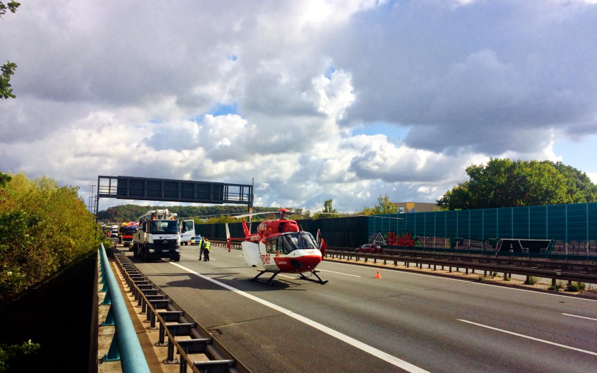 Knapp zehn Minuten nach dem Start erreicht die Besatzung die Unfallstelle und Pilot Ulrich Weigang landet die Maschine auf der Autobahn.