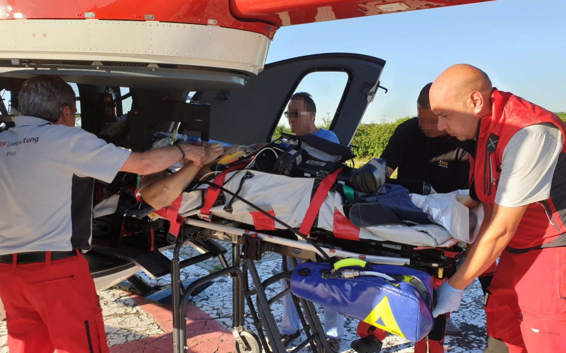 Unter laufender Reanimation fliegt das Team von Christoph München den Patienten in die Klinik.