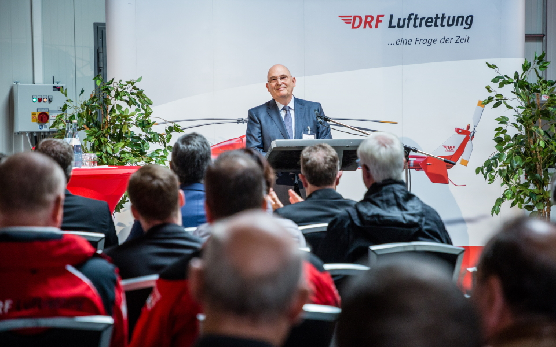 """Dr. Peter Huber, Vorstand DRF Stiftung Luftrettung gemeinnützige AG, bei seiner Rede zum 30. Jubiläum von """"Christoph 51""""."""