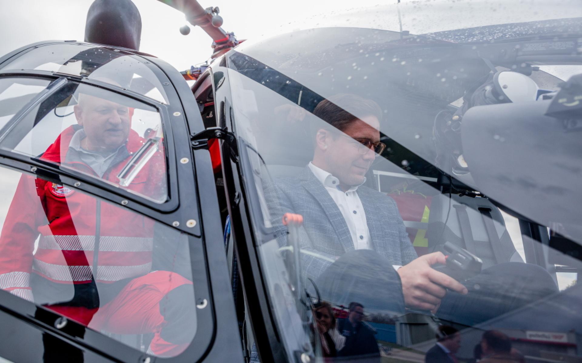 Thomas Roth, Stationsleiter Stuttgart, zeigt Fabian Gramling MdL das Cockpit der hoch modernen Maschine.