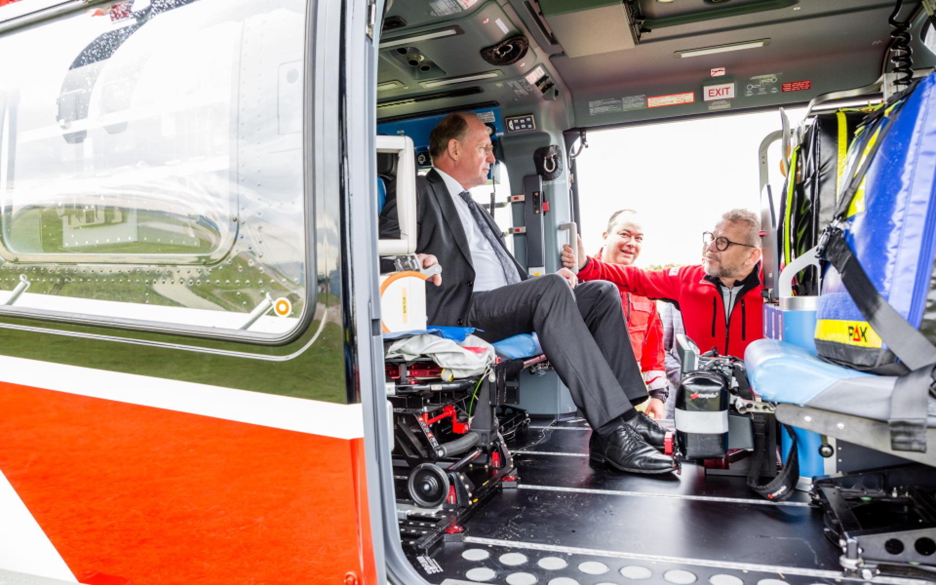 Staatssekretär Wilfried Klenk MdL aus dem Ministerium für Inneres, Digitalisierung und Migration Baden-Württemberg wirft einen Blick in das Innere der fliegenden Intensivstation.
