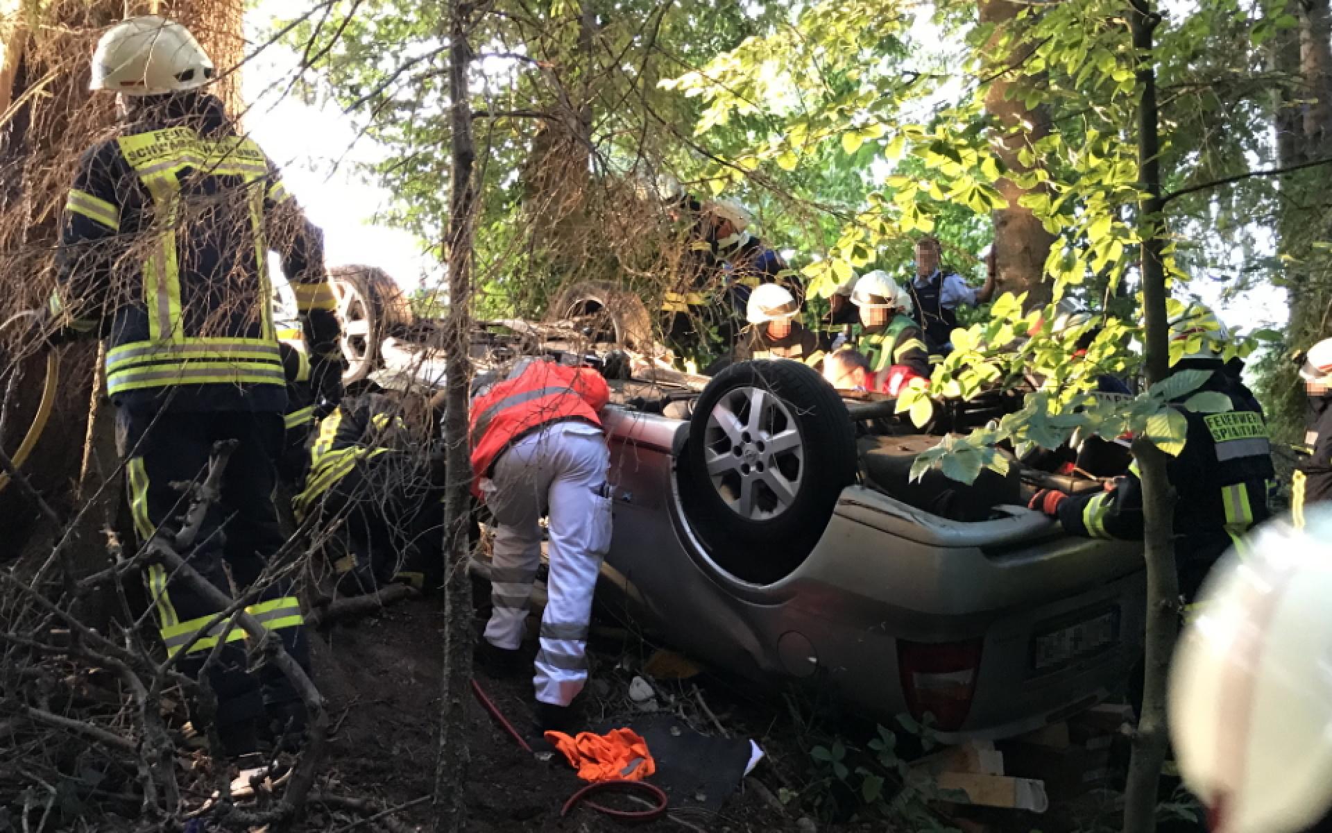 Der Pkw-Fahrer muss zunächst von den Kräften der Feuerwehr aus seinem Fahrzeug geborgen werden.