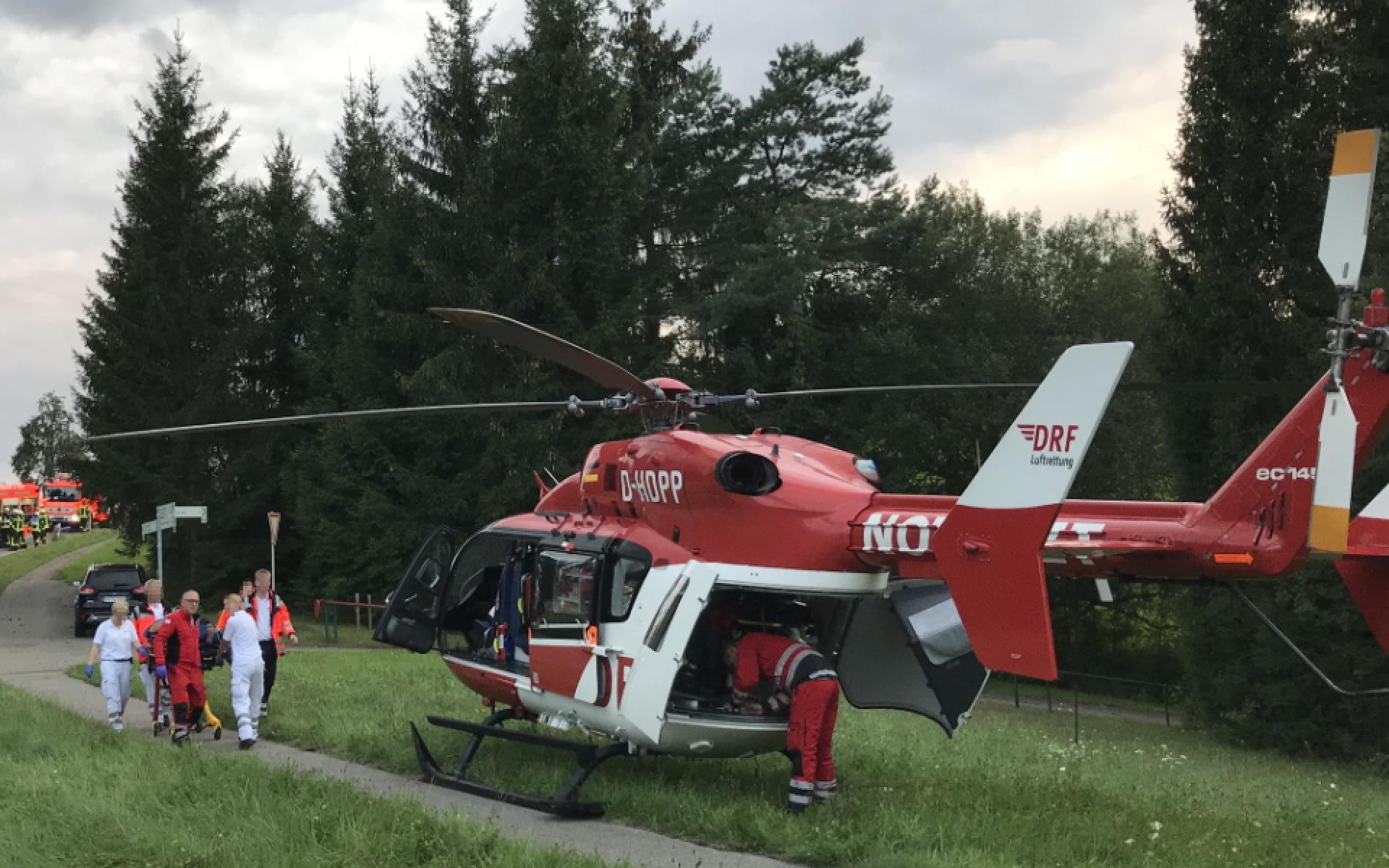 Nachdem der 53-Jährige aus dem Unfallwagen befreit worden ist, lädt ihn das Team von Christoph 51 in den Hubschrauber und hebt schleunigst ab.