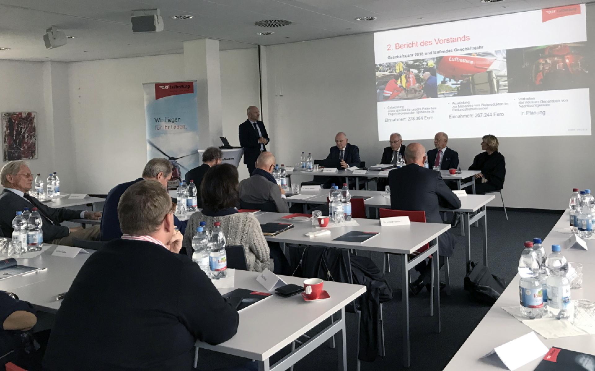Dr. Krystian Pracz, Vorstandsvorsitzender der DRF Stiftung Luftrettung gemeinnützige AG, informiert bei der Mitgliederversammlung des DRF e.V. über das Geschäftsjahr 2018.